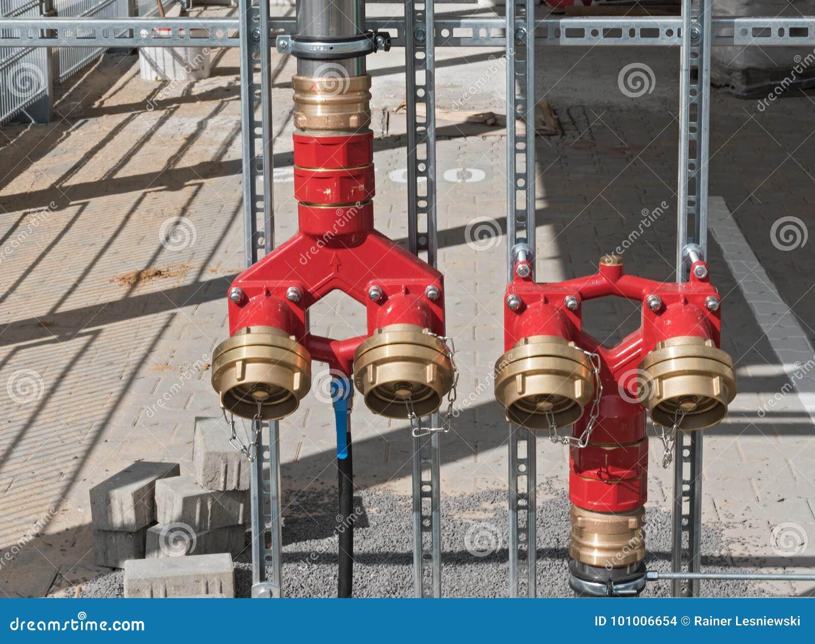 Une série de lutte contre l incendie rouge de peinture arrose le réseau de pipe-lines
