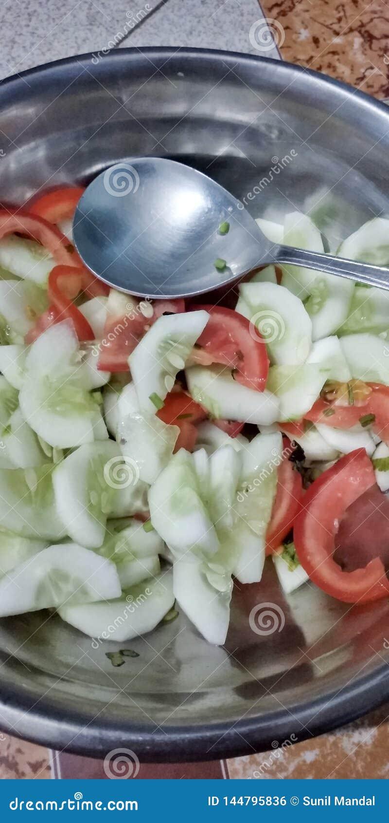 Une salade nouvellement préparée dans une cuvette