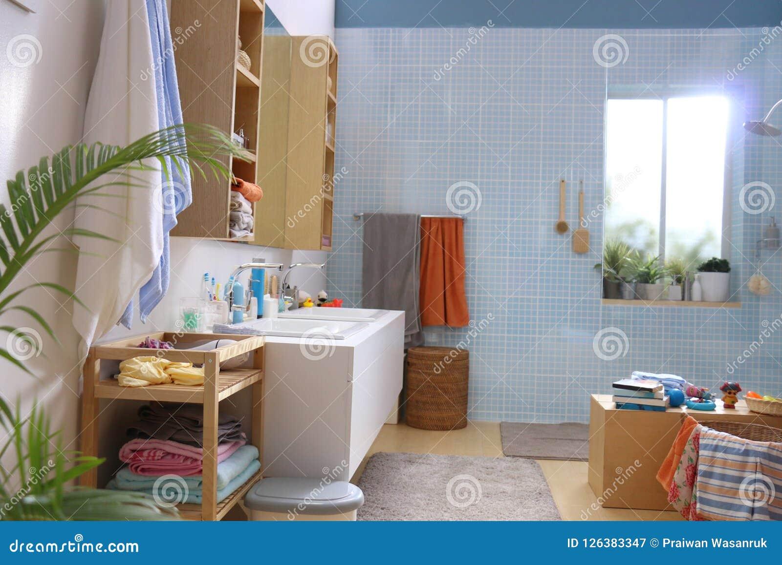 Une Salle De Bains à Carreaux Bleue De Mur De Modèle Image ...