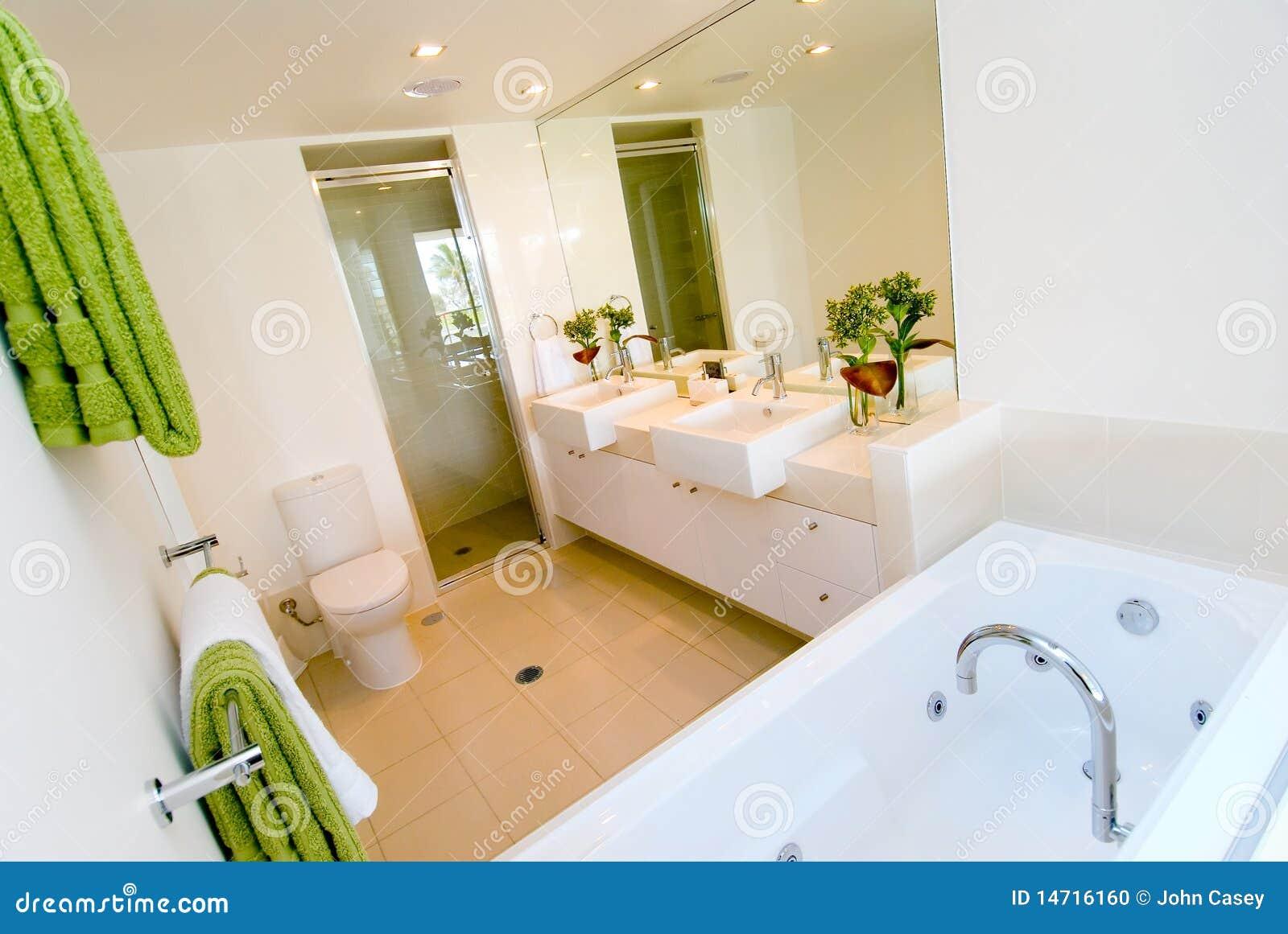 Une salle de bains moderne de luxe photo stock image for Salle de bain de luxe moderne