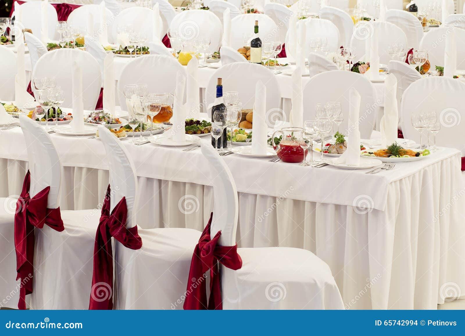 une salle de banquet de restaurant d cor e pour un mariage photo stock image 65742994. Black Bedroom Furniture Sets. Home Design Ideas