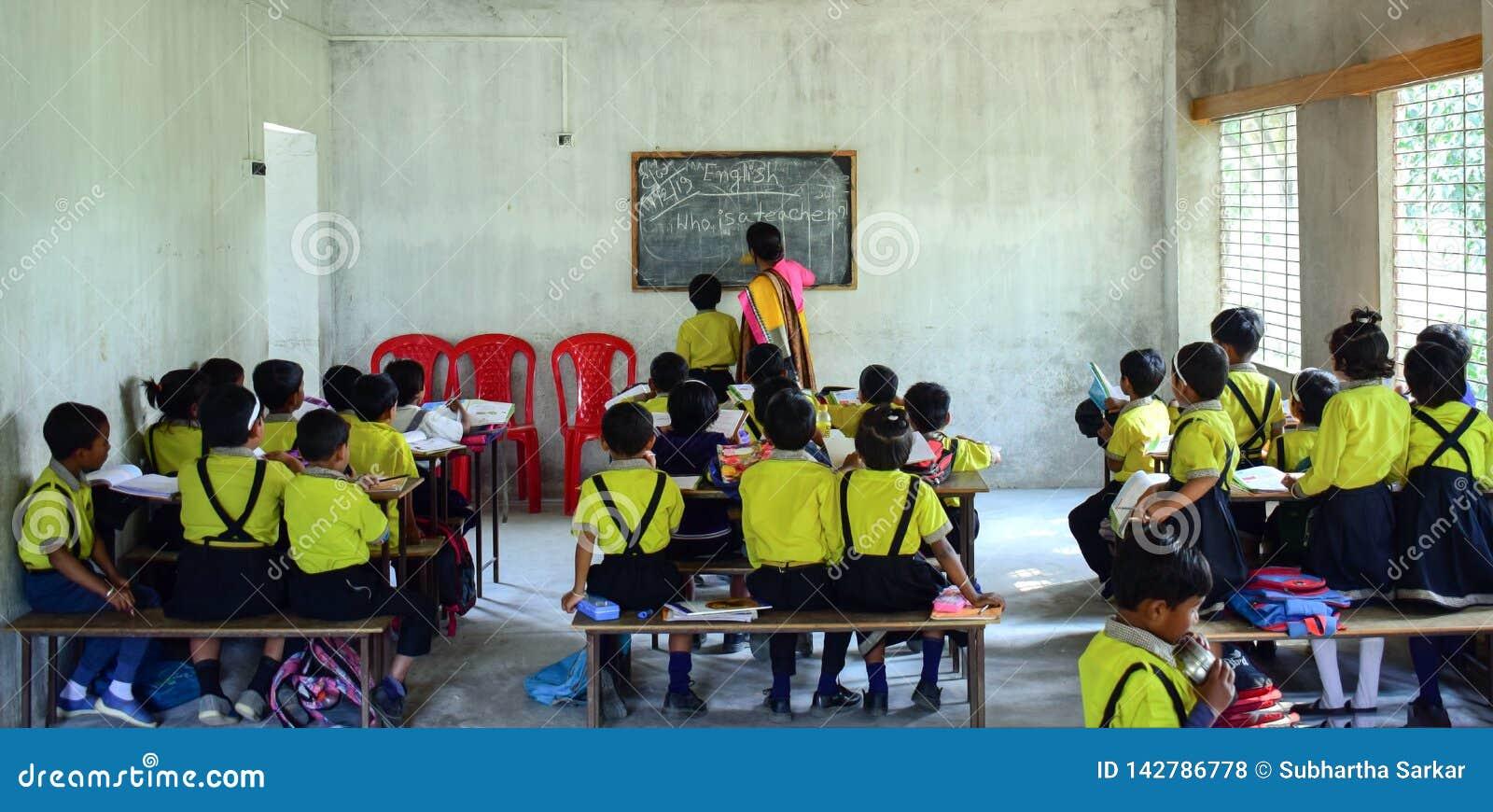 Une salle de classe de enseignement de professeur de femme complètement des enfants