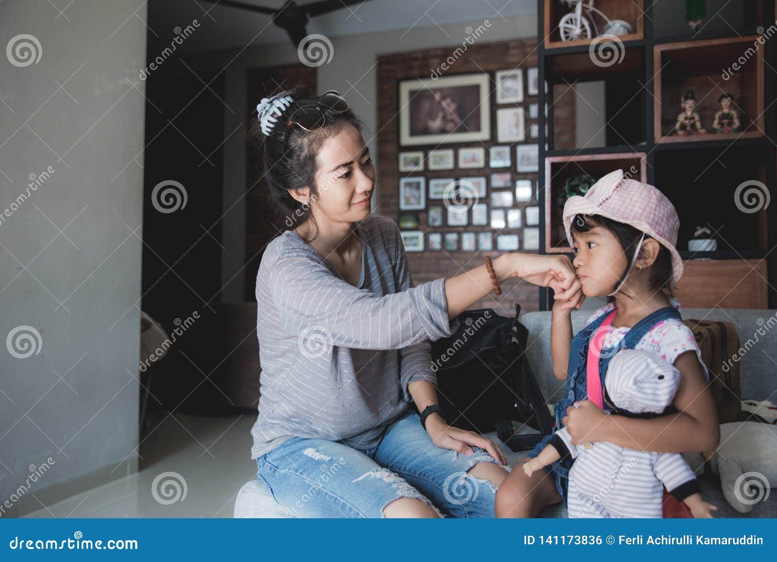 Une salutation de petite fille avant vont instruire