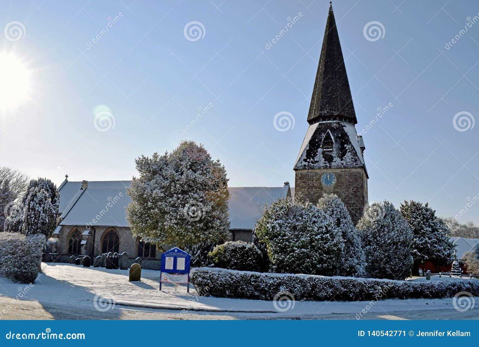 Une scène neigeuse d hiver d une église et d une cour d église toute la couverture dans la neige blanche