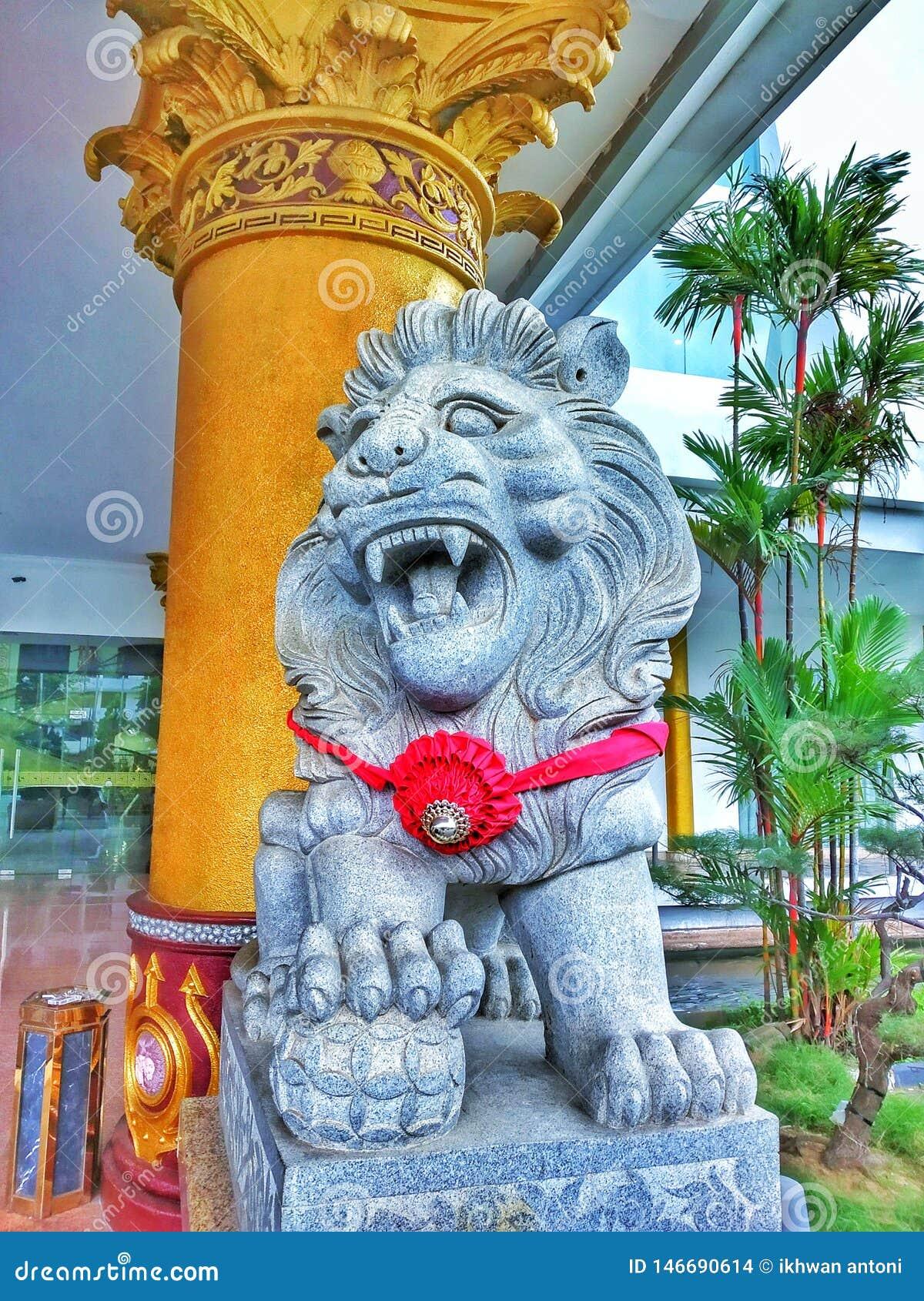 Une statue d un lion devant l h?tel