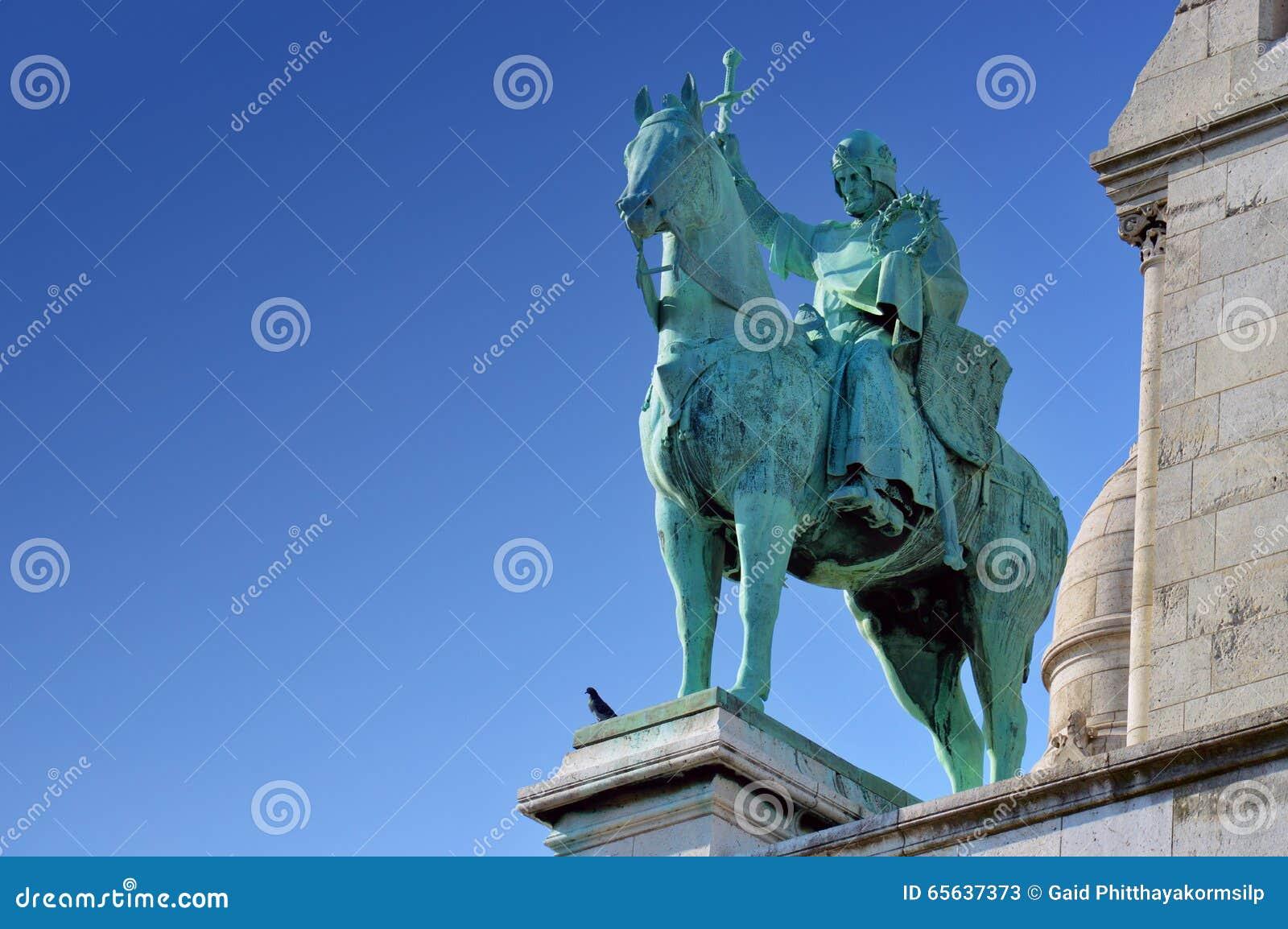 Une statue devant la basilique du coeur sacré de Paris