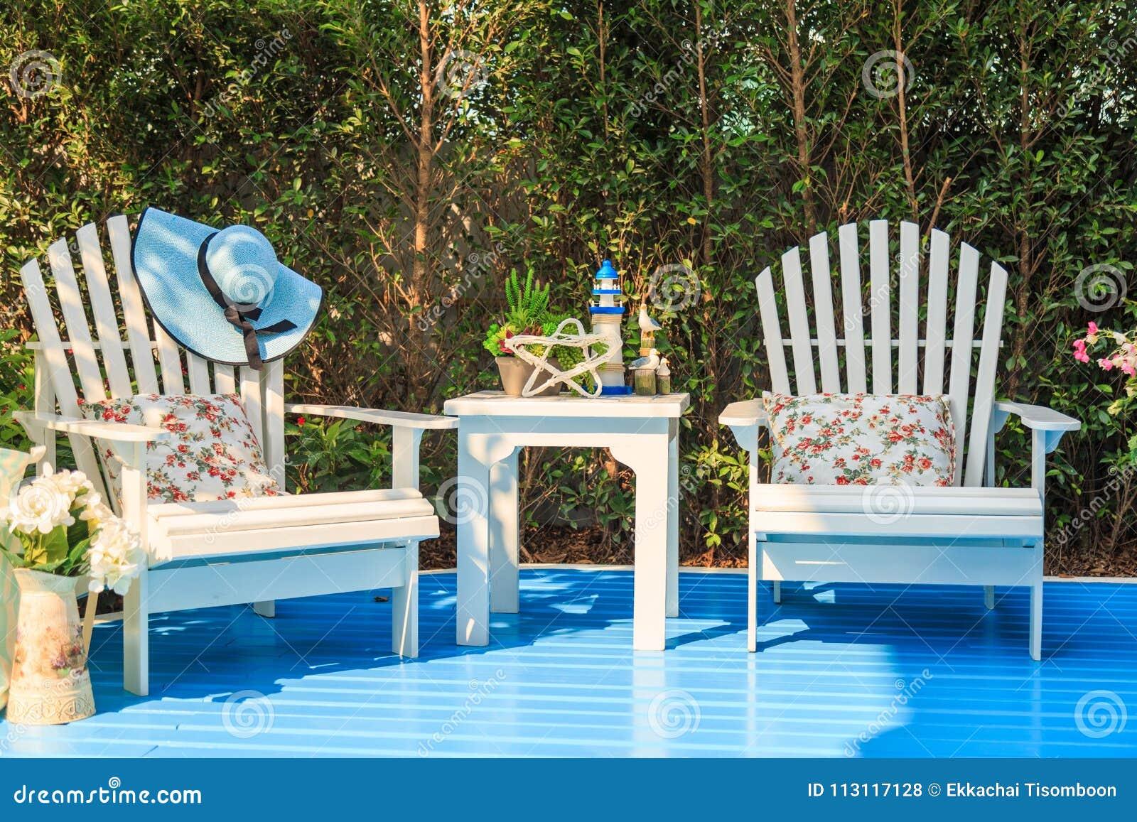 Une Table Basse Blanche Et Des Chaises En Bois Dans Le Jardin Photo
