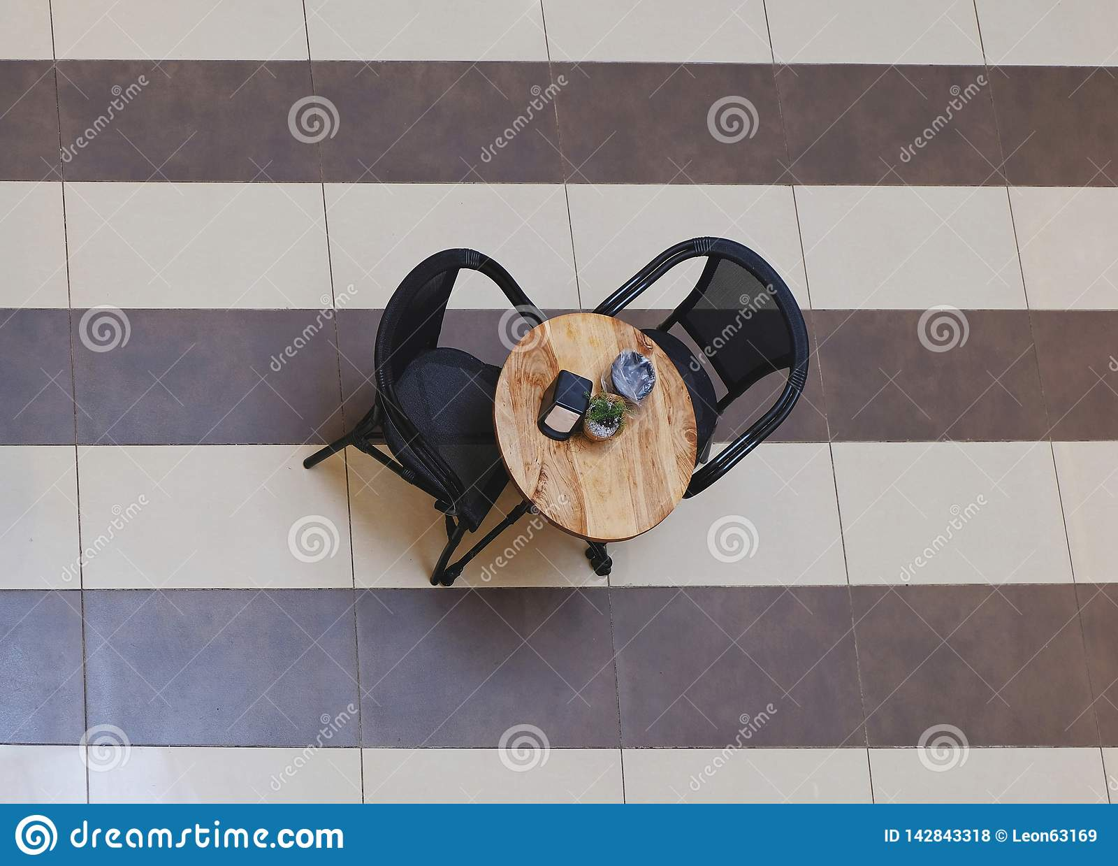 Une table dans un café dans le mail