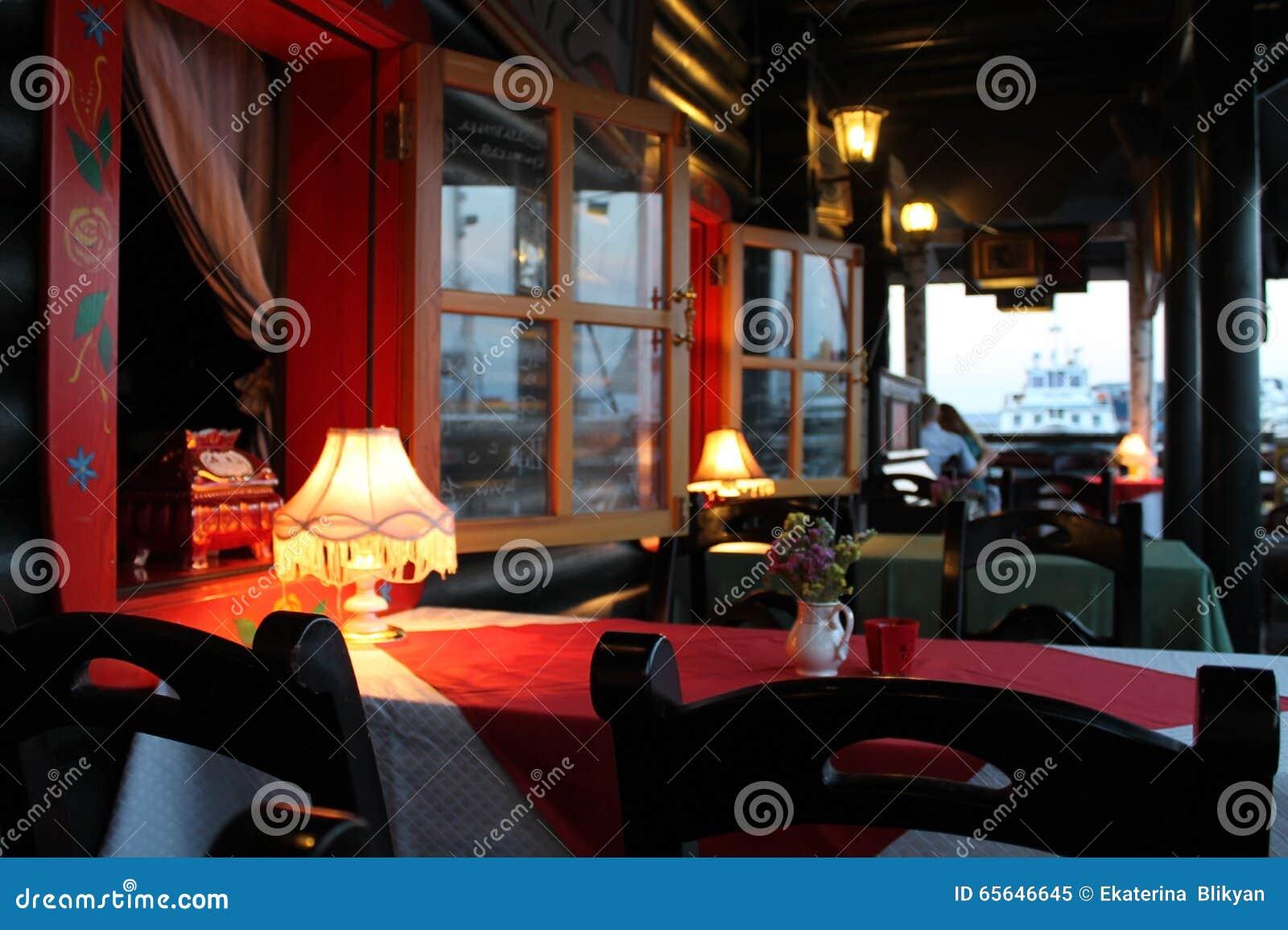Une table en café d été