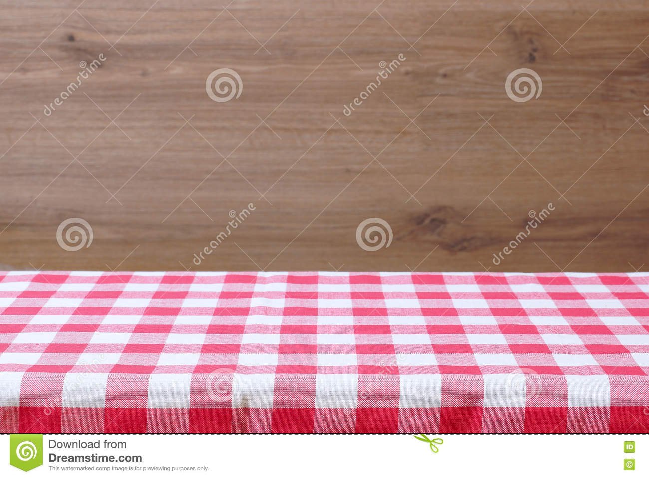 une table vide avec une nappe carreaux rouge fond en bois image stock image du bois. Black Bedroom Furniture Sets. Home Design Ideas