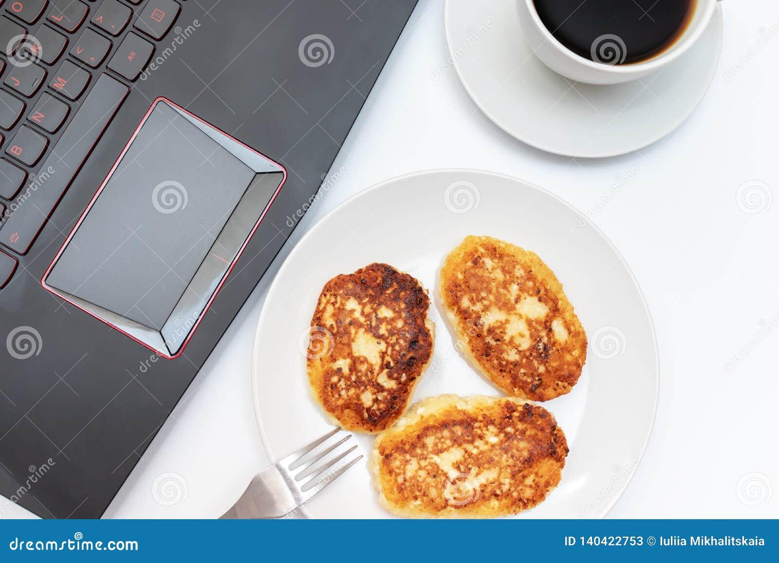Une tasse blanche de café et d un plat avec le lait caillé, crêpes de fromage blanc pour le petit déjeuner sur la table près de l
