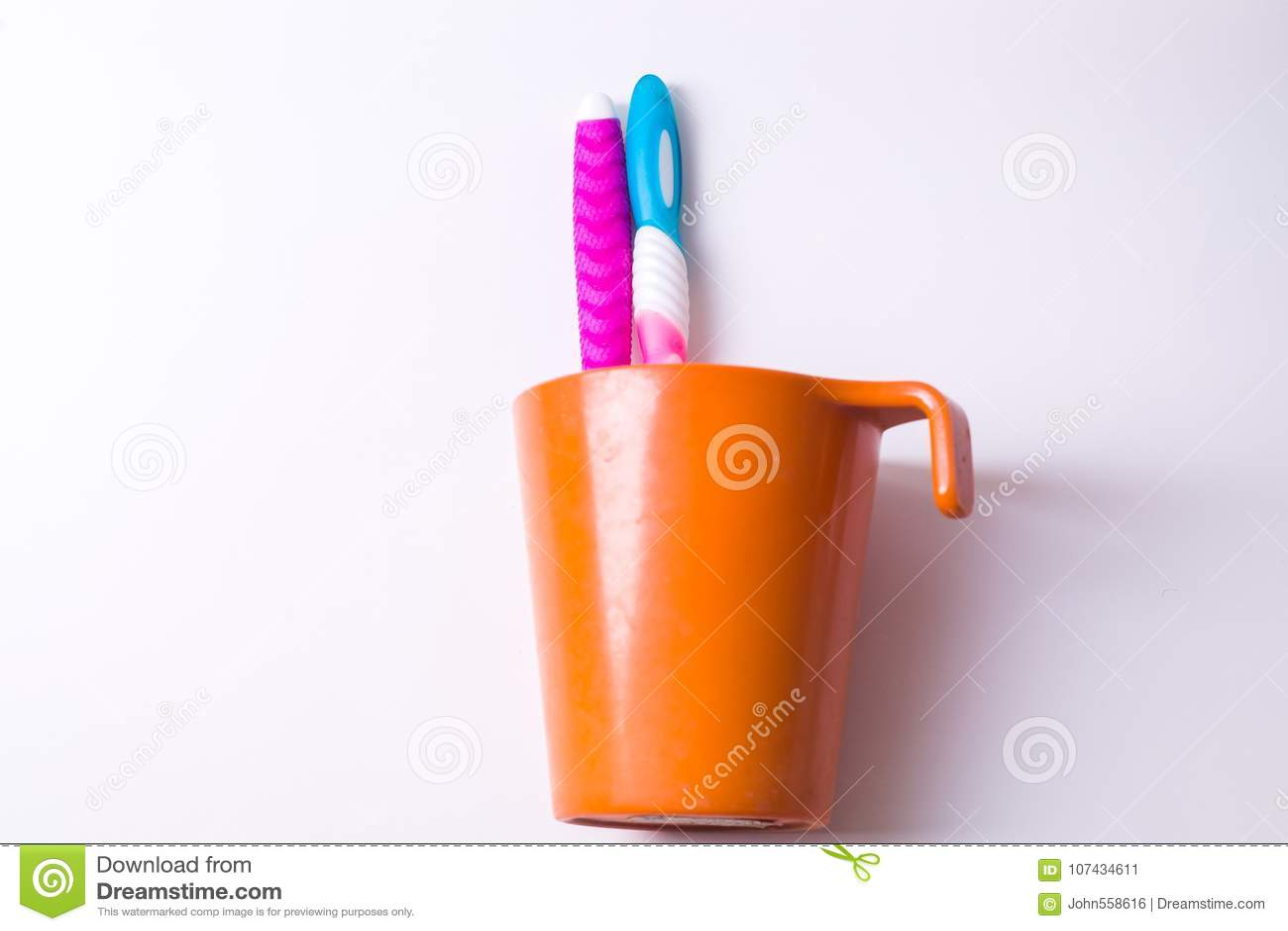 Une tasse de brosse à dents