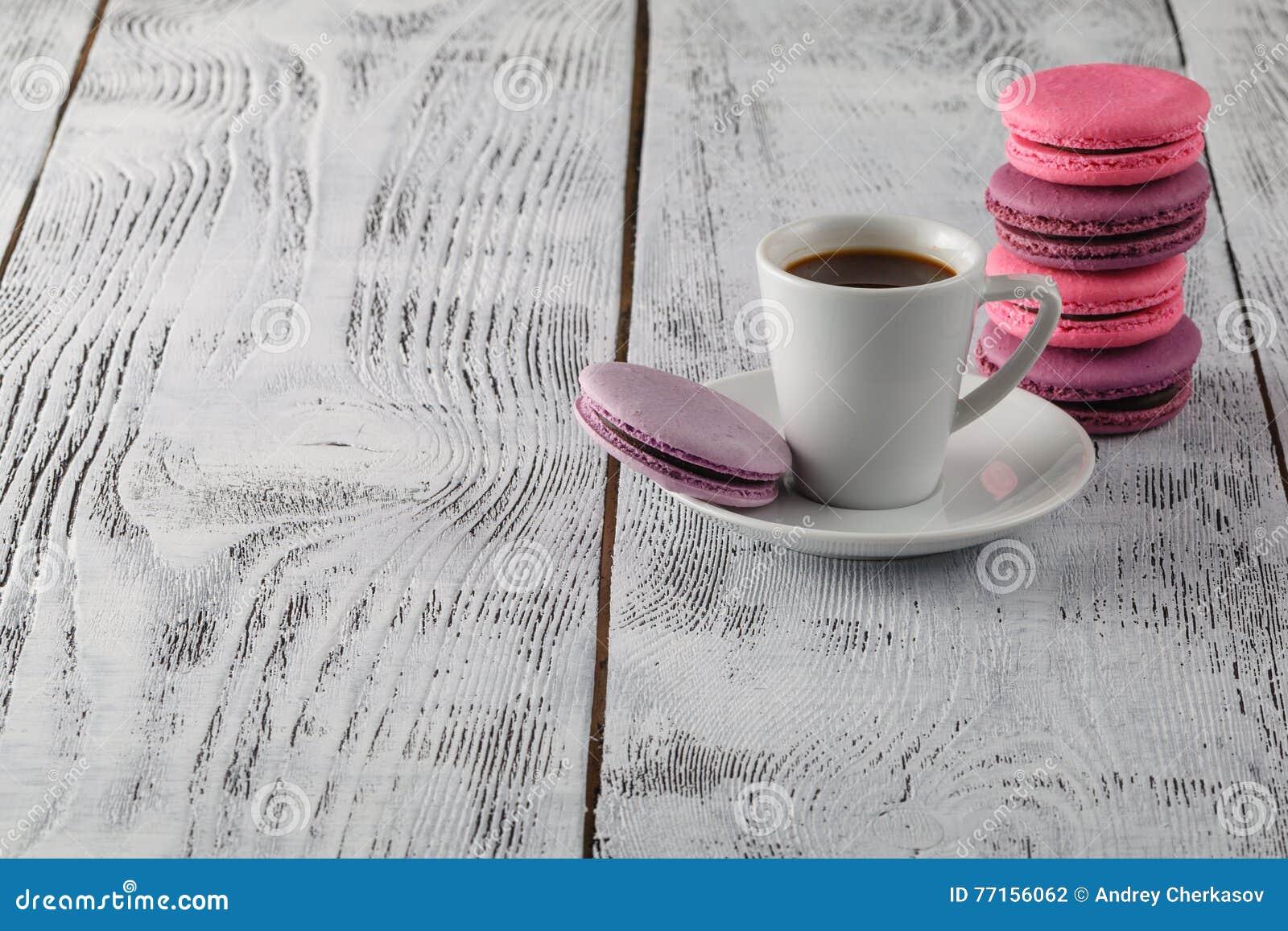 Une tasse de café d expresso sur une soucoupe sur un chic minable