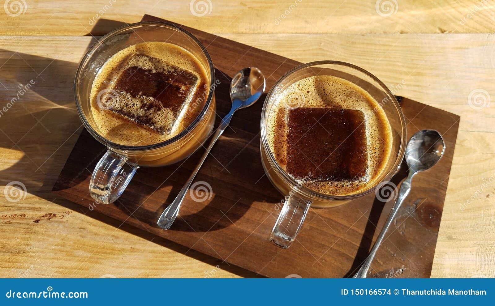 Une tasse de café de glaçons sur la table en bois