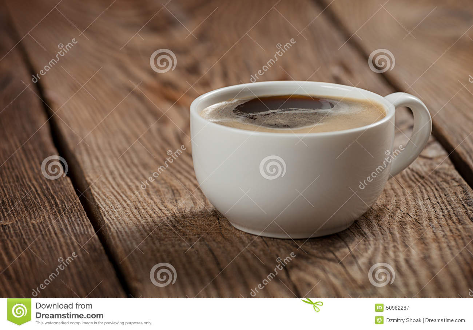 Une tasse de café sur la table des vieux conseils