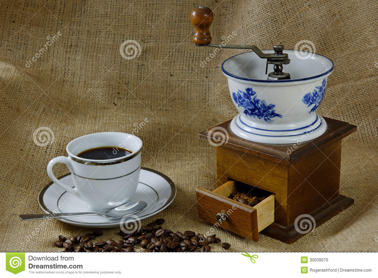 tasse de caf avec un moulin caf antique photo stock. Black Bedroom Furniture Sets. Home Design Ideas