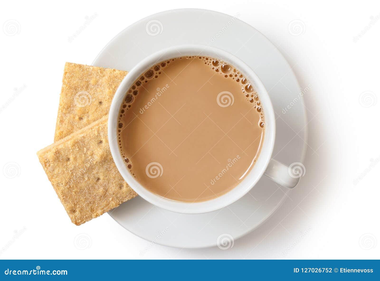 Une tasse de thé au lait l isolat sablé carré et de deux biscuits