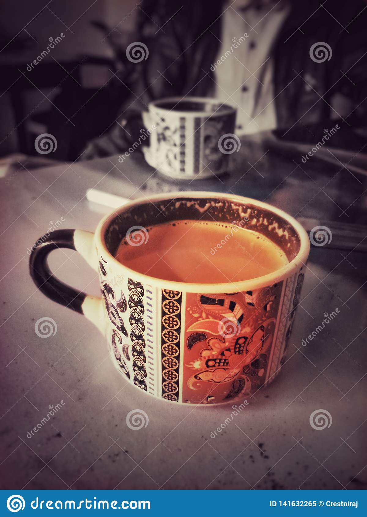 Une tasse fraîche de thé pendant le matin
