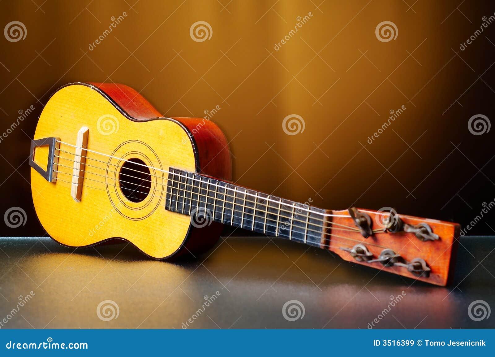 Une vieille guitare pour des enfants