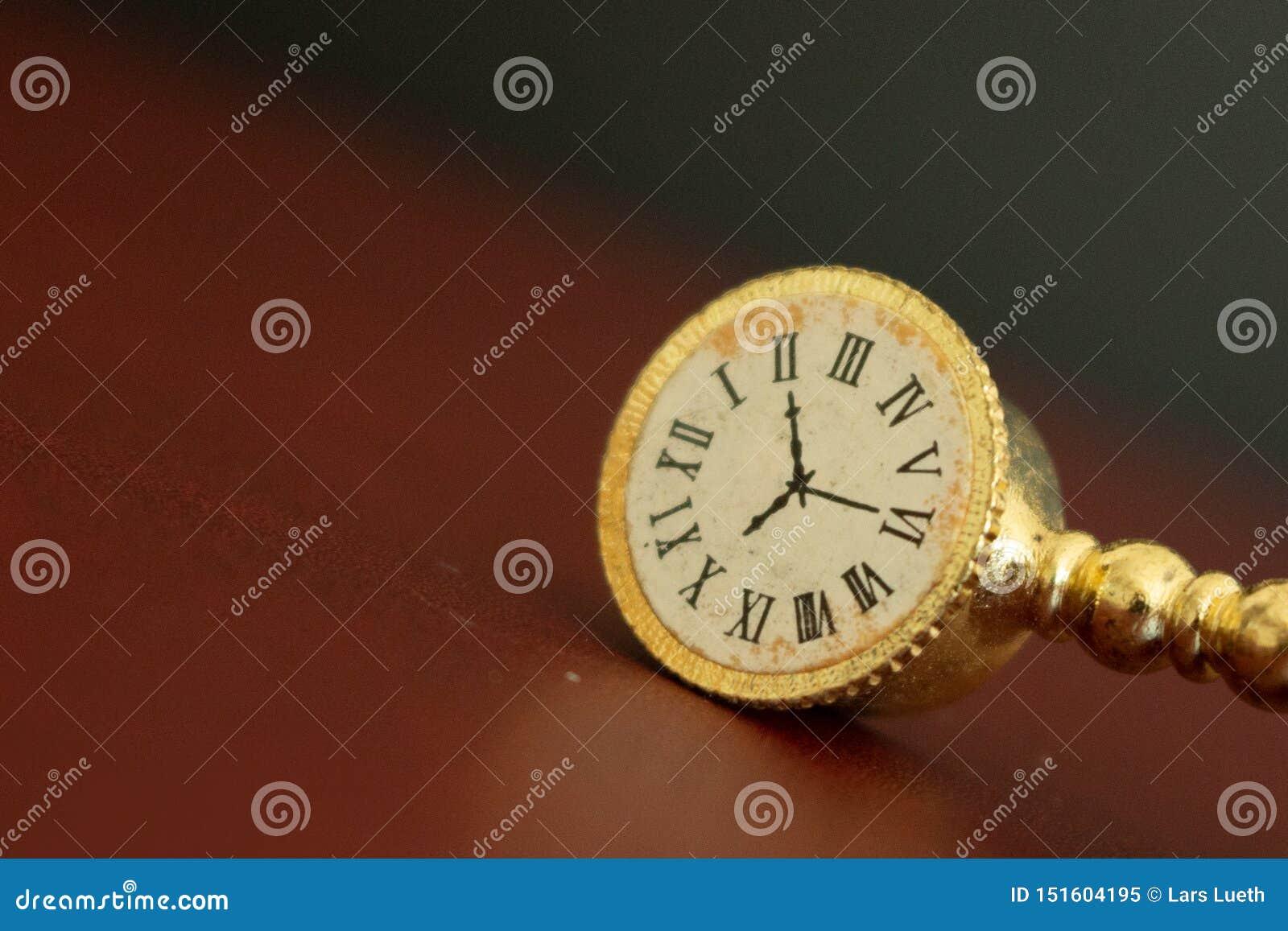 Une vieille horloge d or ou observer montrer le temps s épuisant