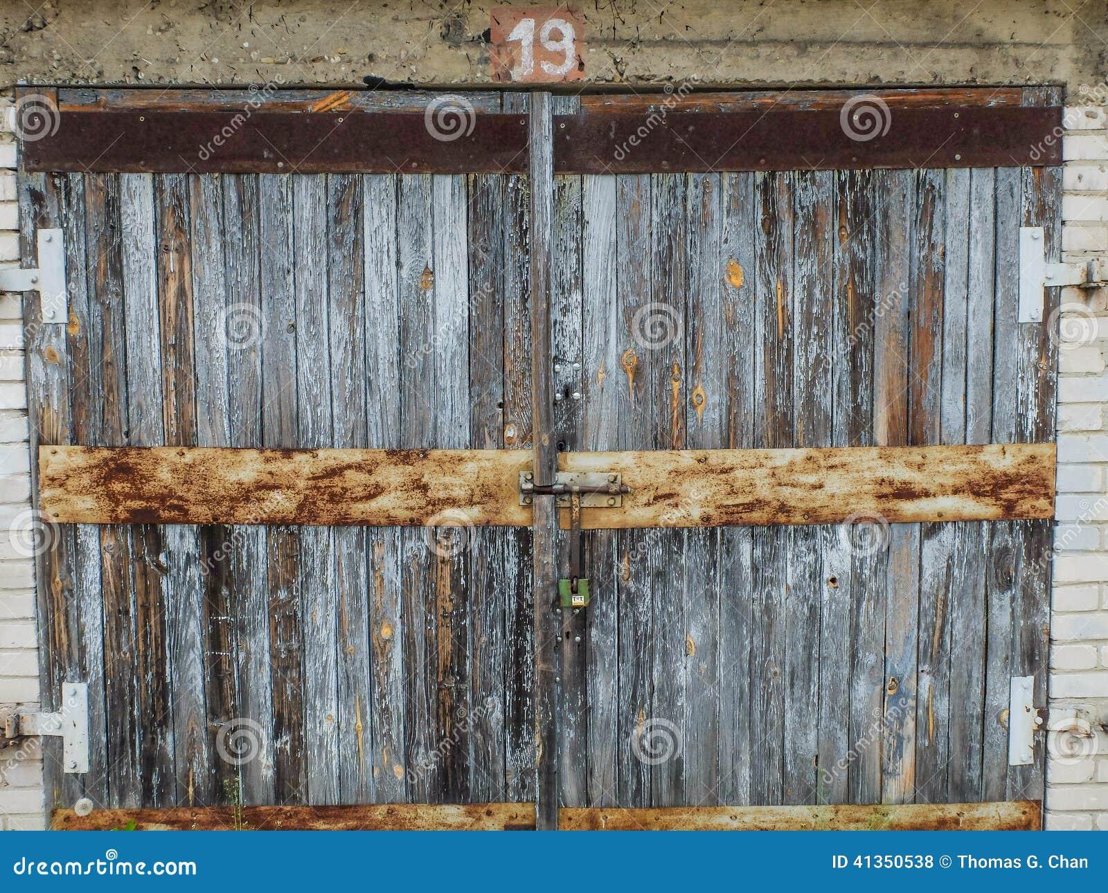 Une vieille porte en bois de garage photo stock image 41350538 - Vieille porte en bois ...