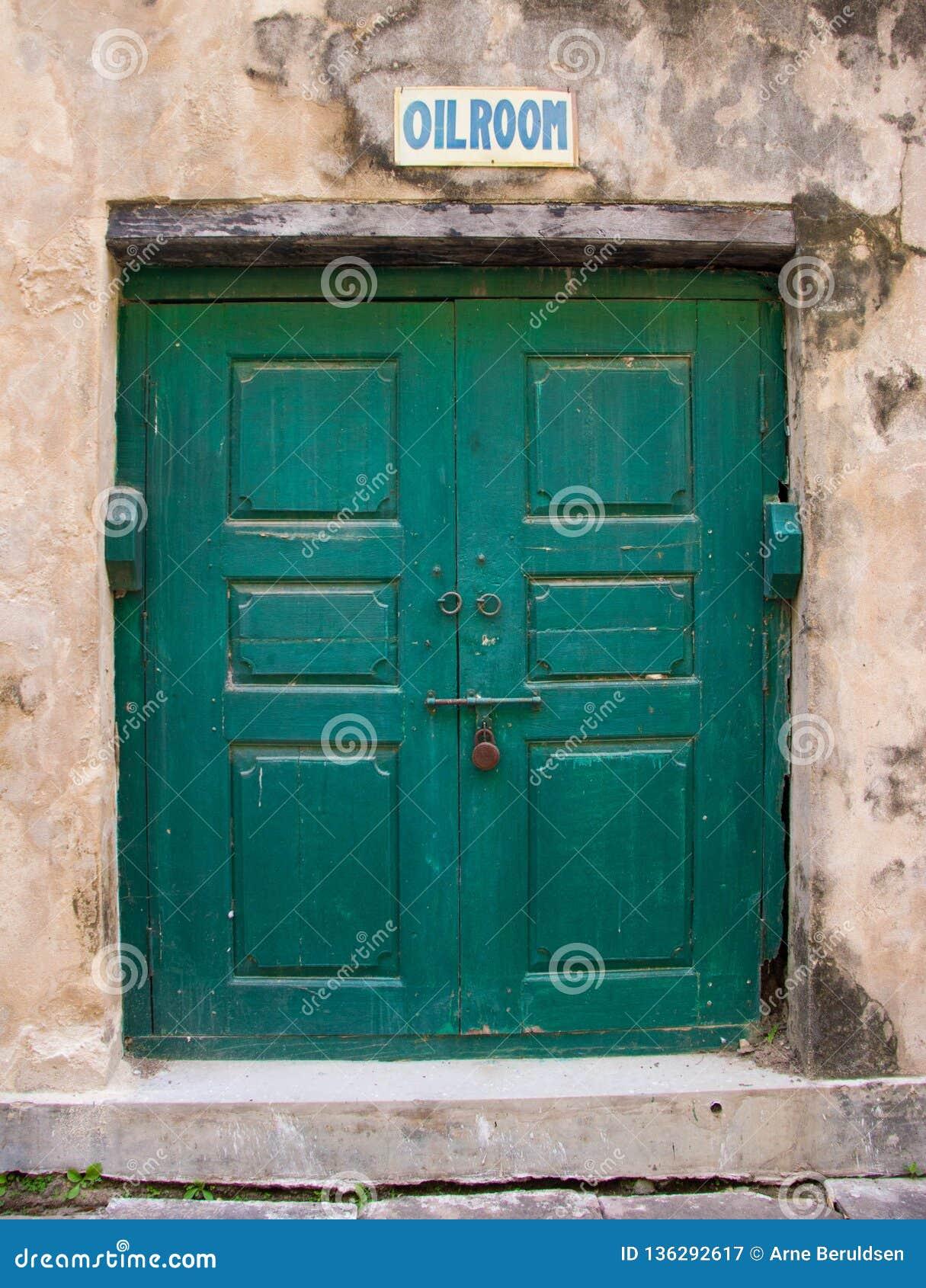 Une vieille porte verte