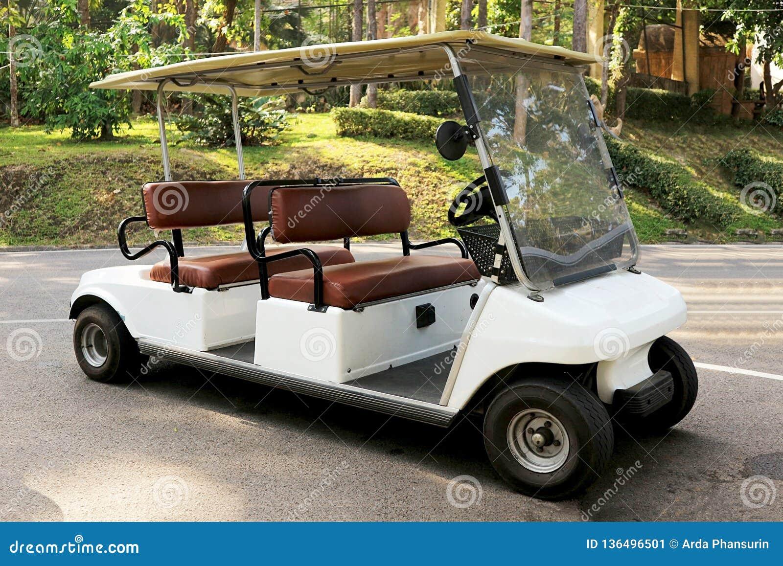 Une voiture de golf en parc de ville
