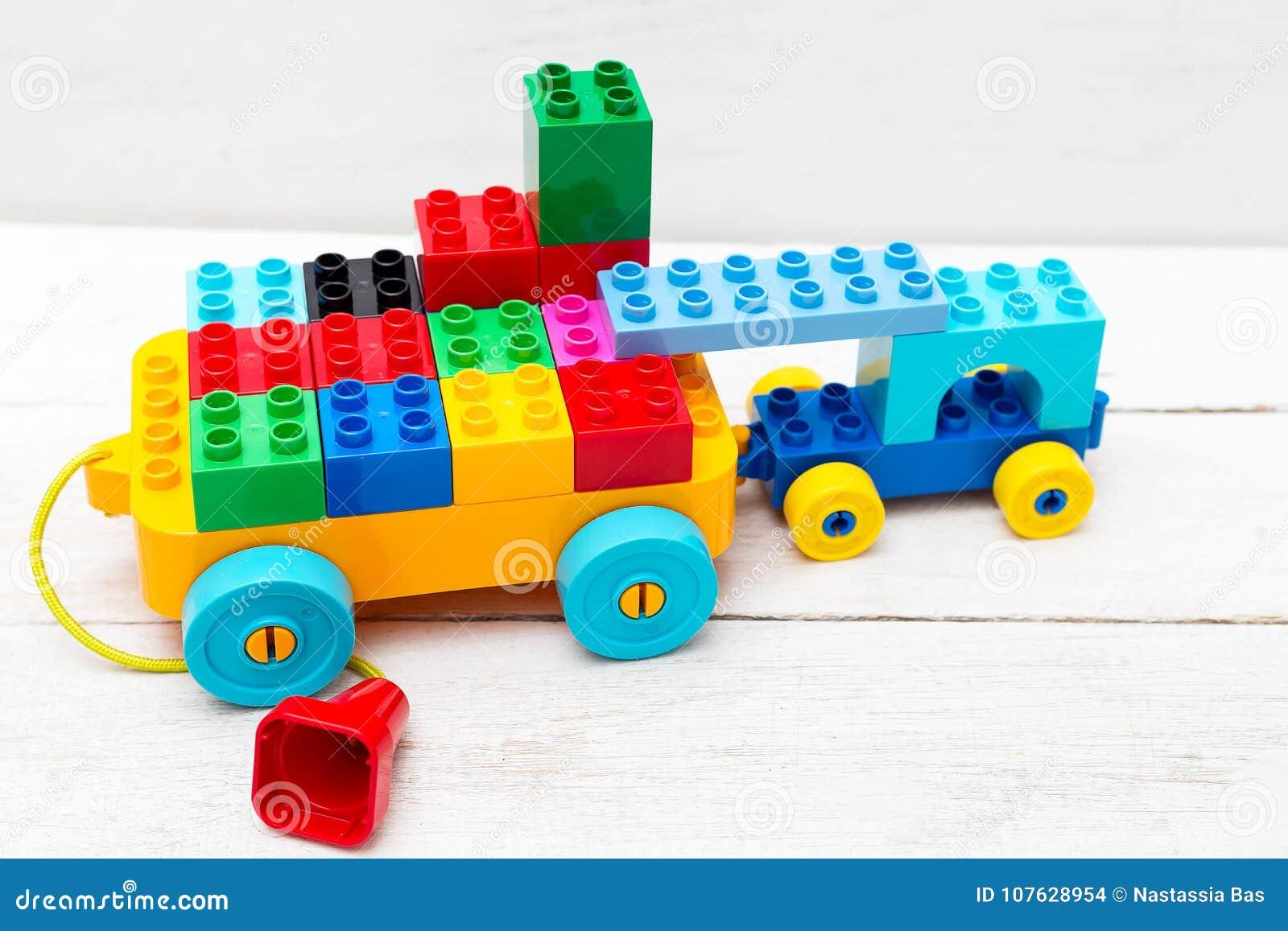 Sur Lego Cubes Fond T Jouet Un En Bois De Des Une Voiture qSMVpUz