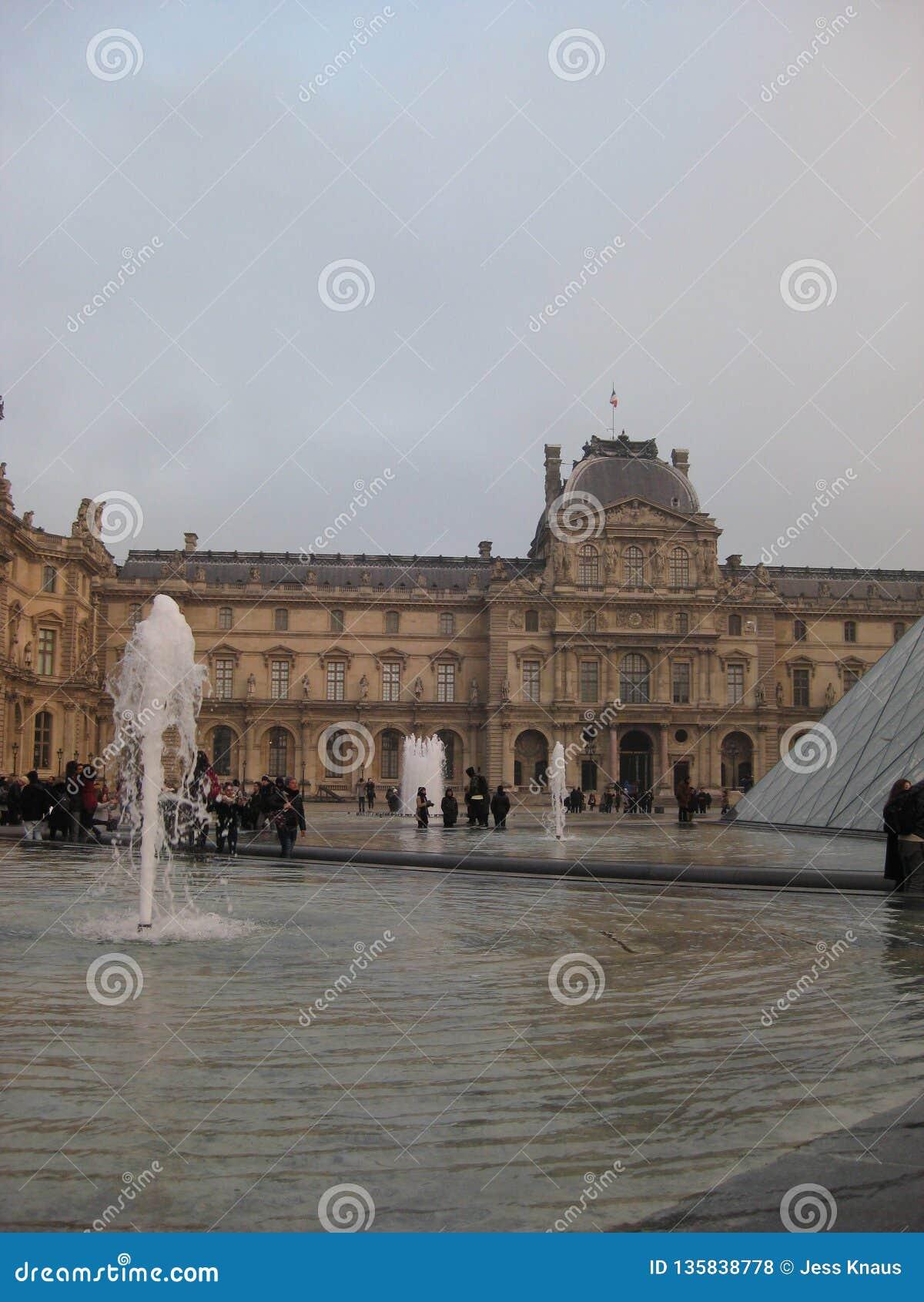 Une vue à travers les fontaines vers l entrée du musée de Louvre, Paris