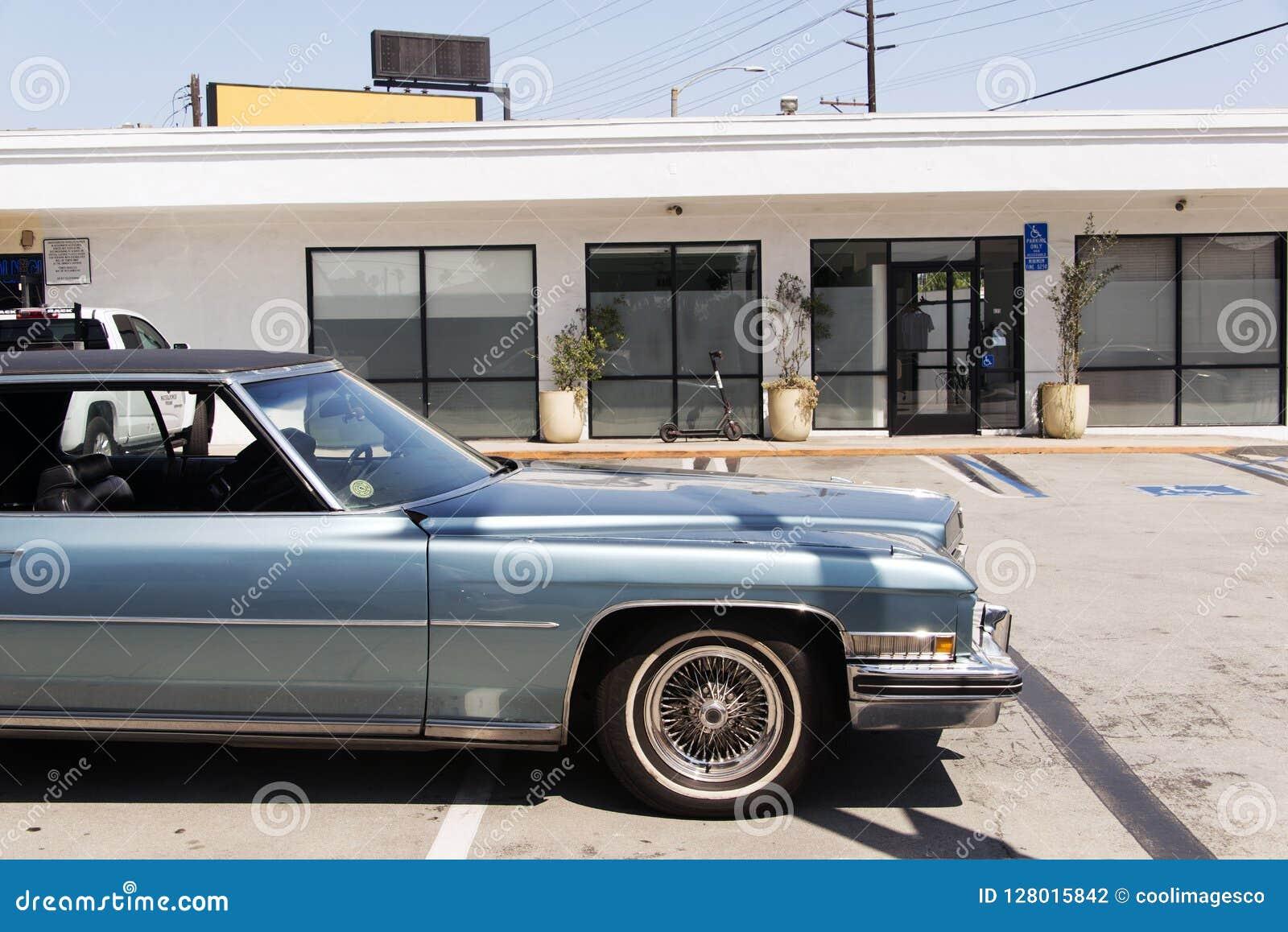 Une vue d un fourgon classique de voiture de vintage dans la rue