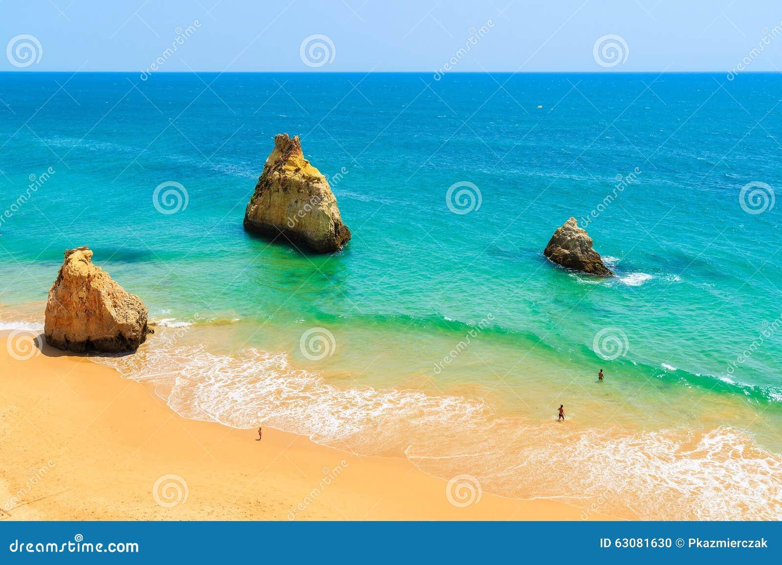Download Une Vue Des Roches Sur La Belle Plage D'Alvor Photo stock - Image du scénique, sable: 63081630