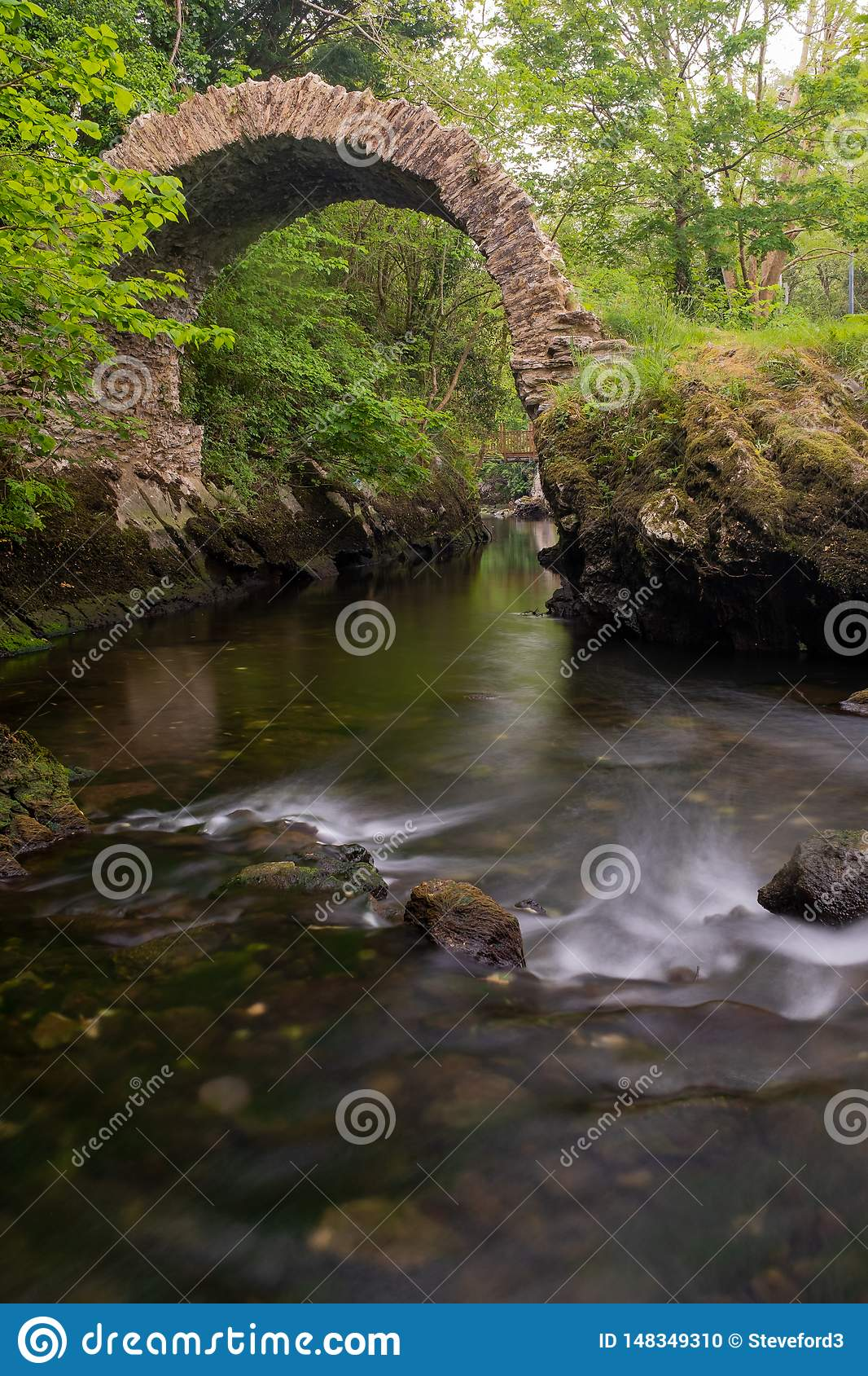 Une vue du pont antique de Cromwell dans Kenmare, comt? Kerry, Irlande, prise en amont d une longue exposition pour lisser