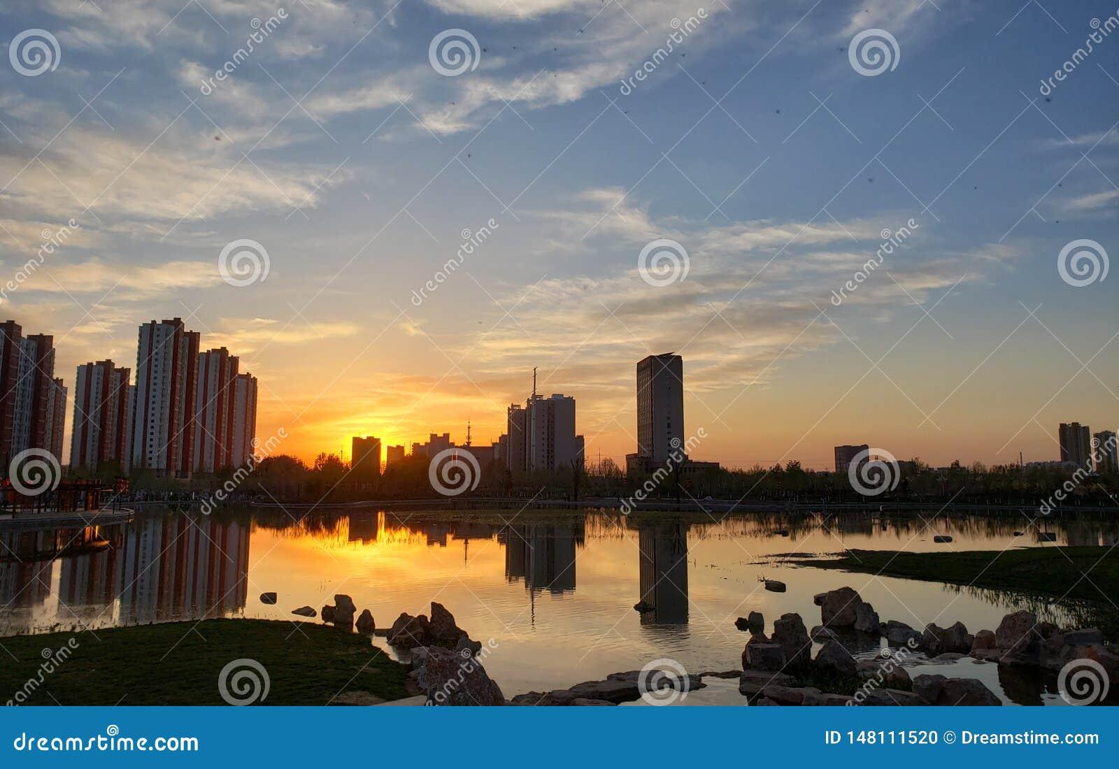 Une zone résidentielle à Jinan, Chine, au coucher du soleil