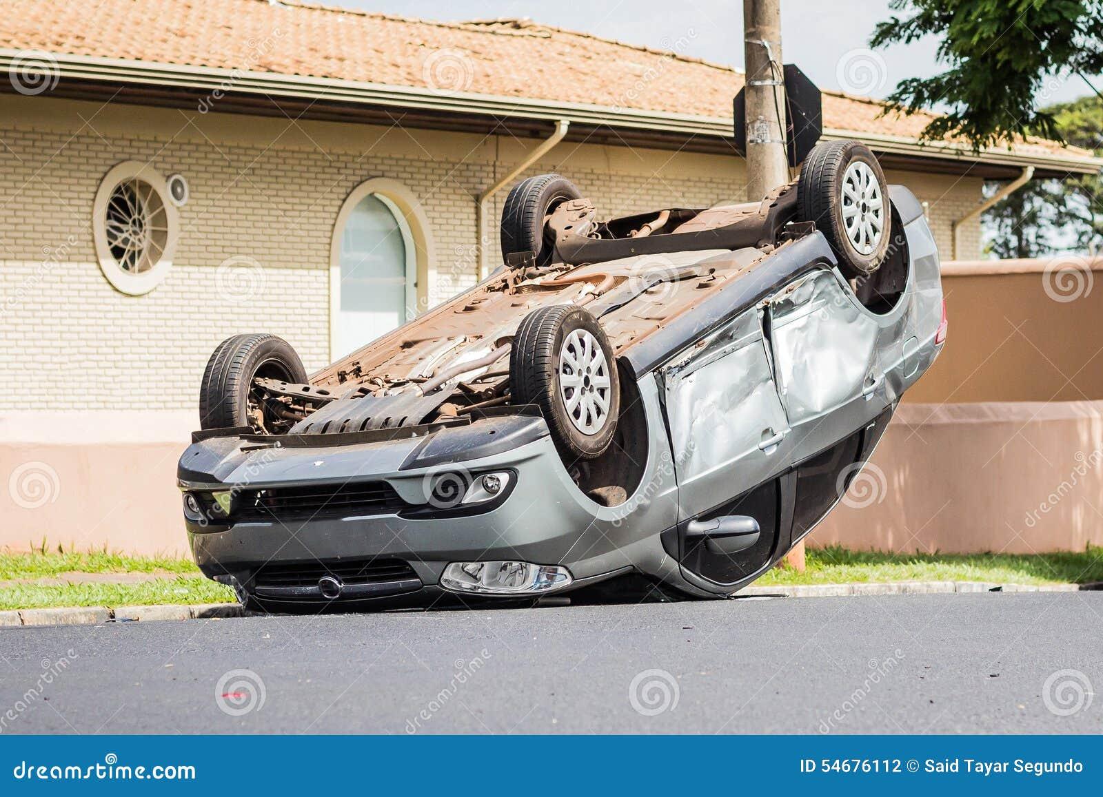 Unfall-Auto Umgeworfen Mitten In Der Straße Stockfoto - Bild von ...