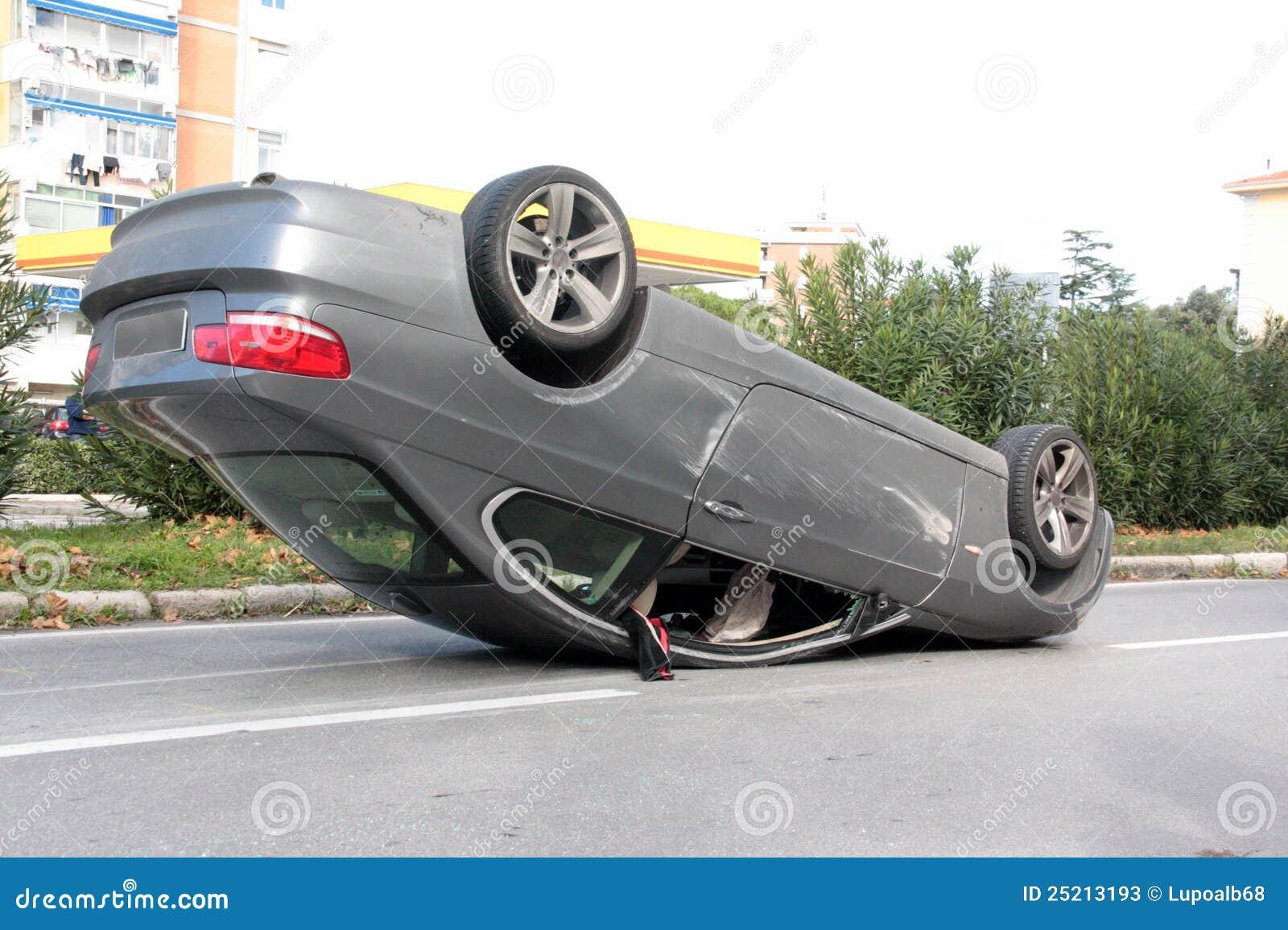 Unfall-Auto Warf Mitten In Der Straße Um Stockbild - Bild von ...