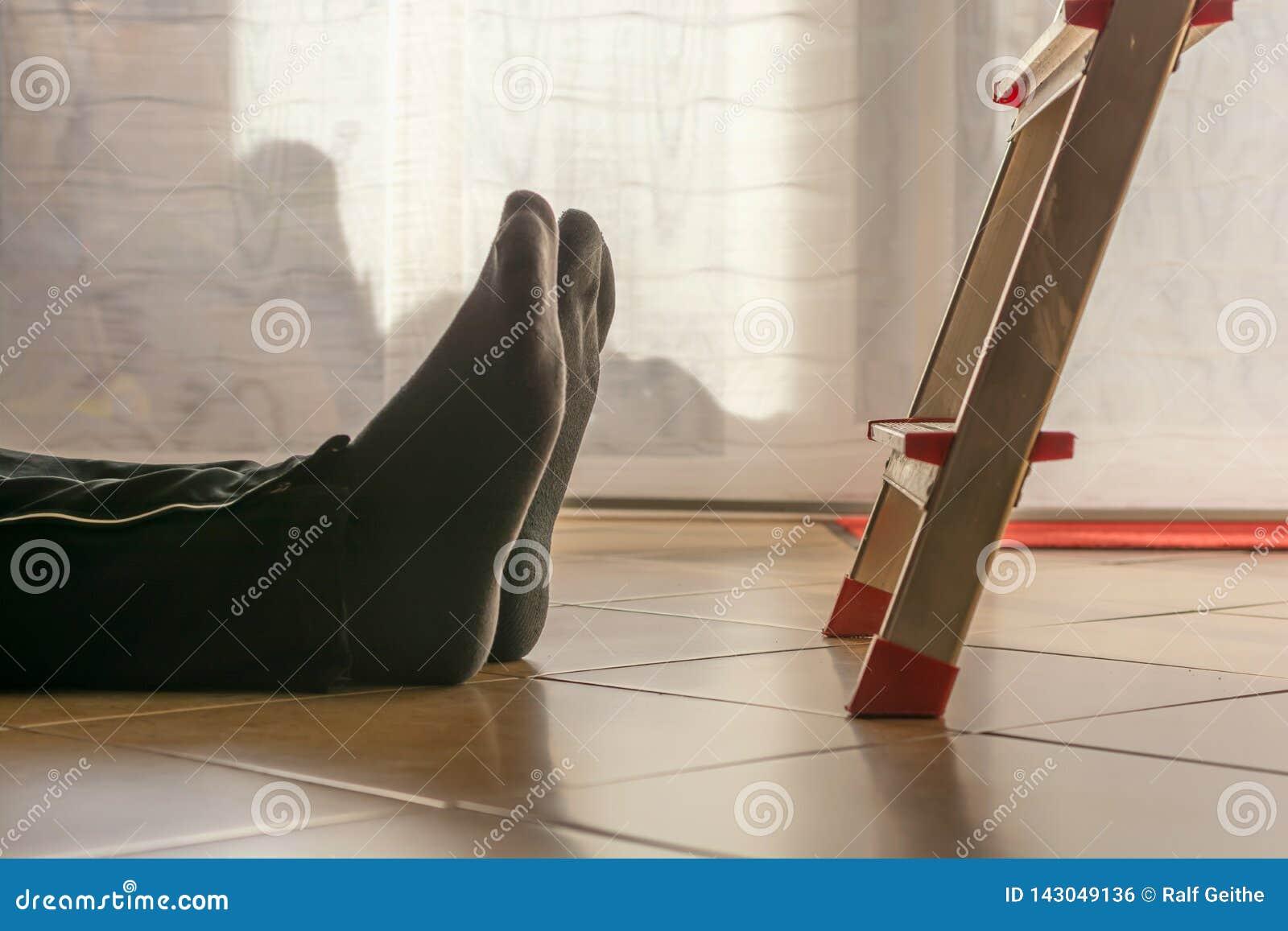 Unfall im Haushalt mit einem Mann fallen gelassen durch die Leiter