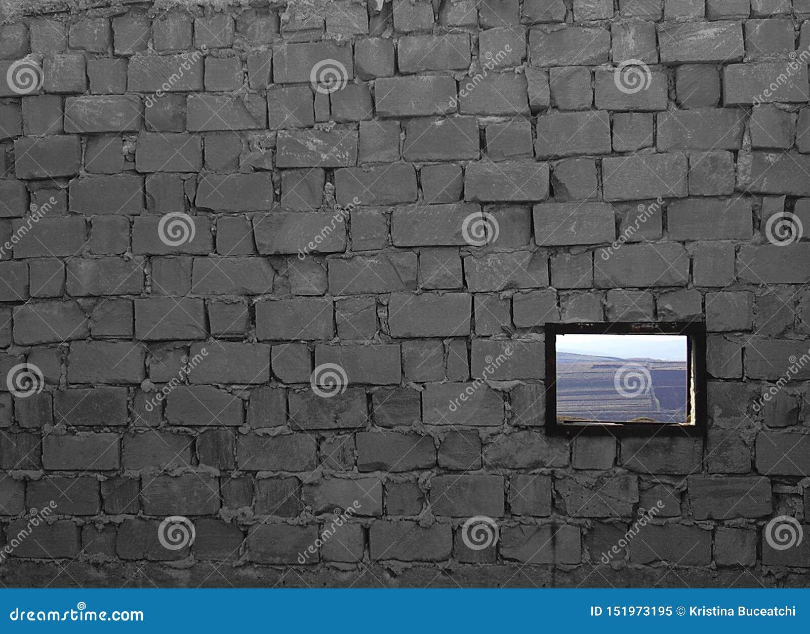 Unfertige Backsteinmauer mit einem Fenster, mit einer rustikalen Landschaft