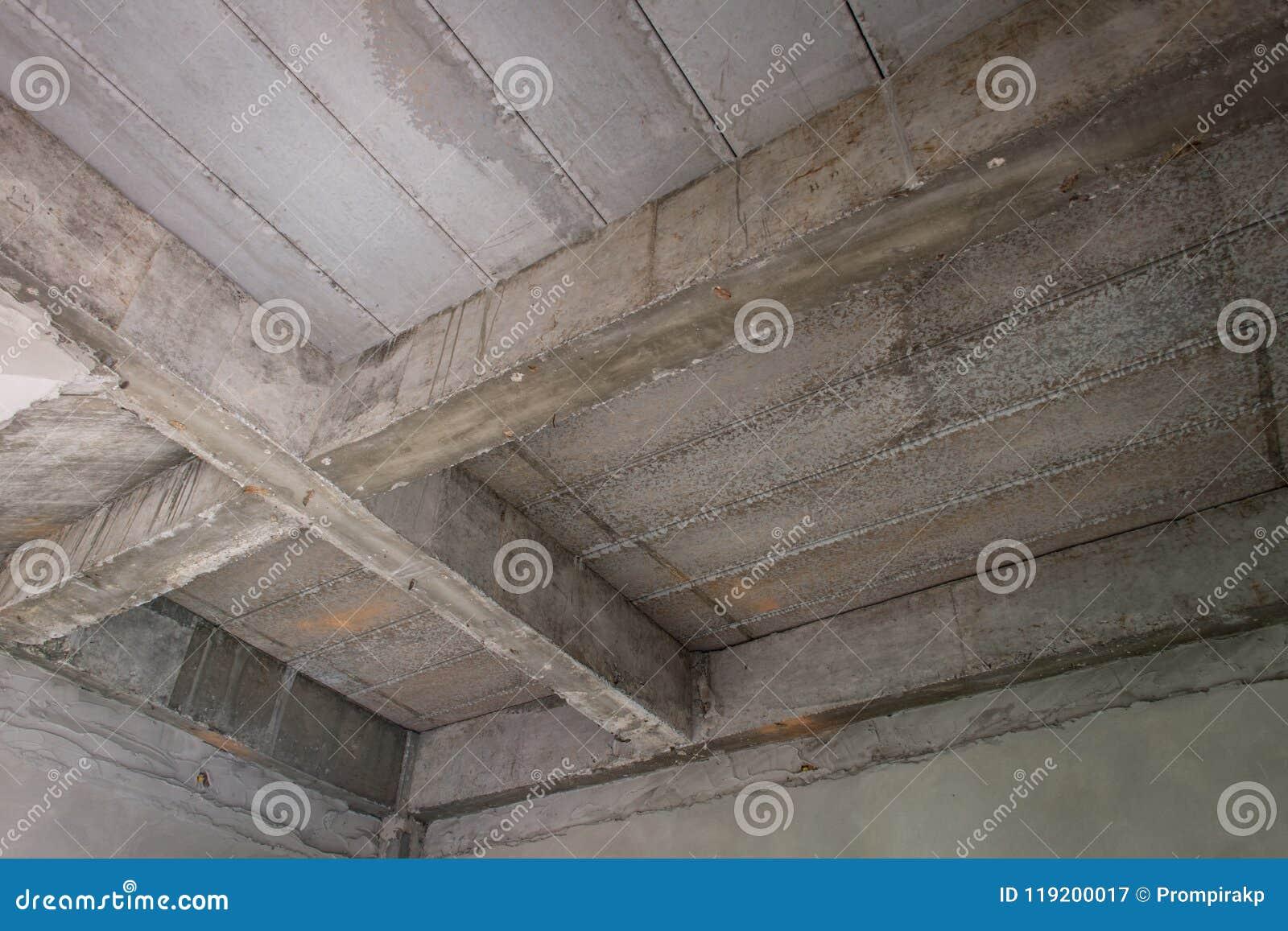 Unfertiger Innenraum des Hauses im Bau an der Baustelle