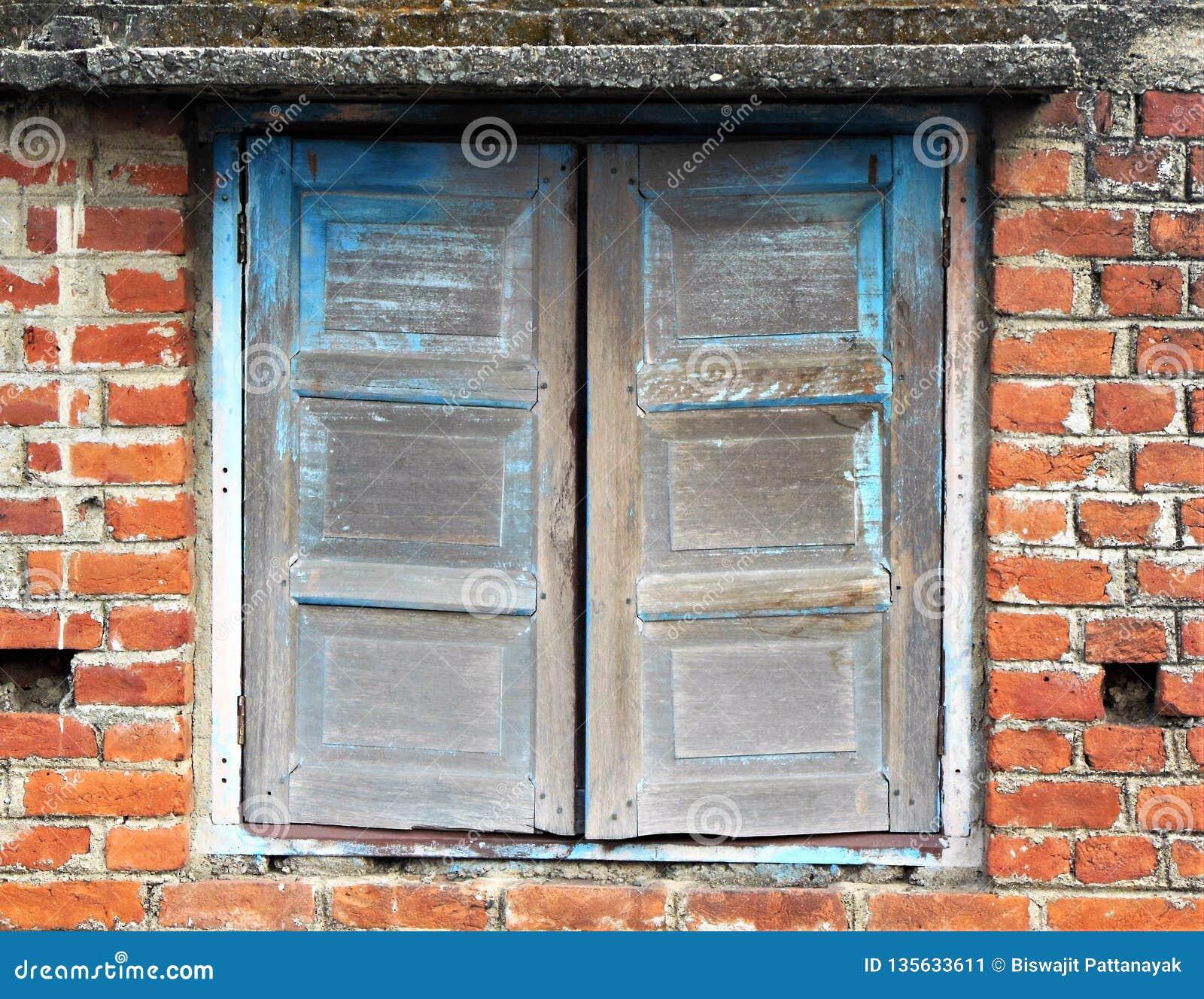 Unfertiges altes hölzernes Fenster