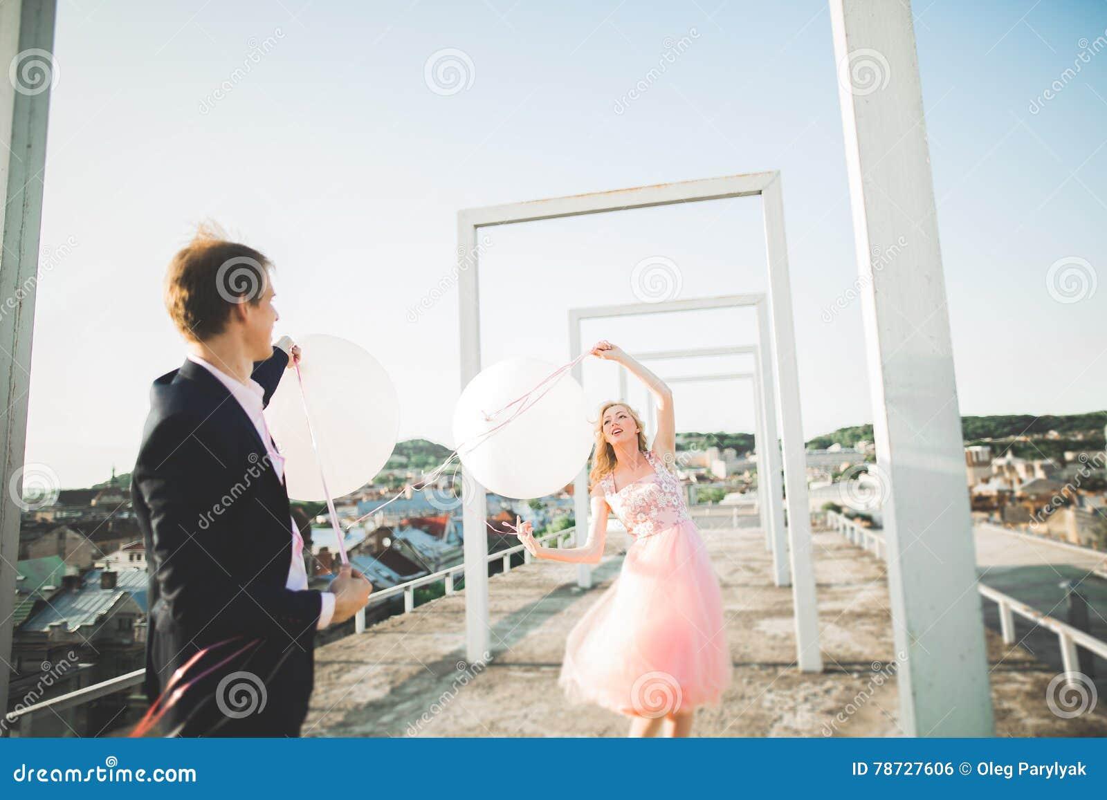 Ung älska kvinna och man som går i händer för stadstakinnehav