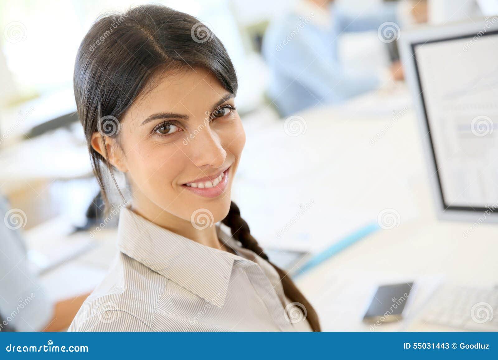 Ung affärskvinna på kontoret
