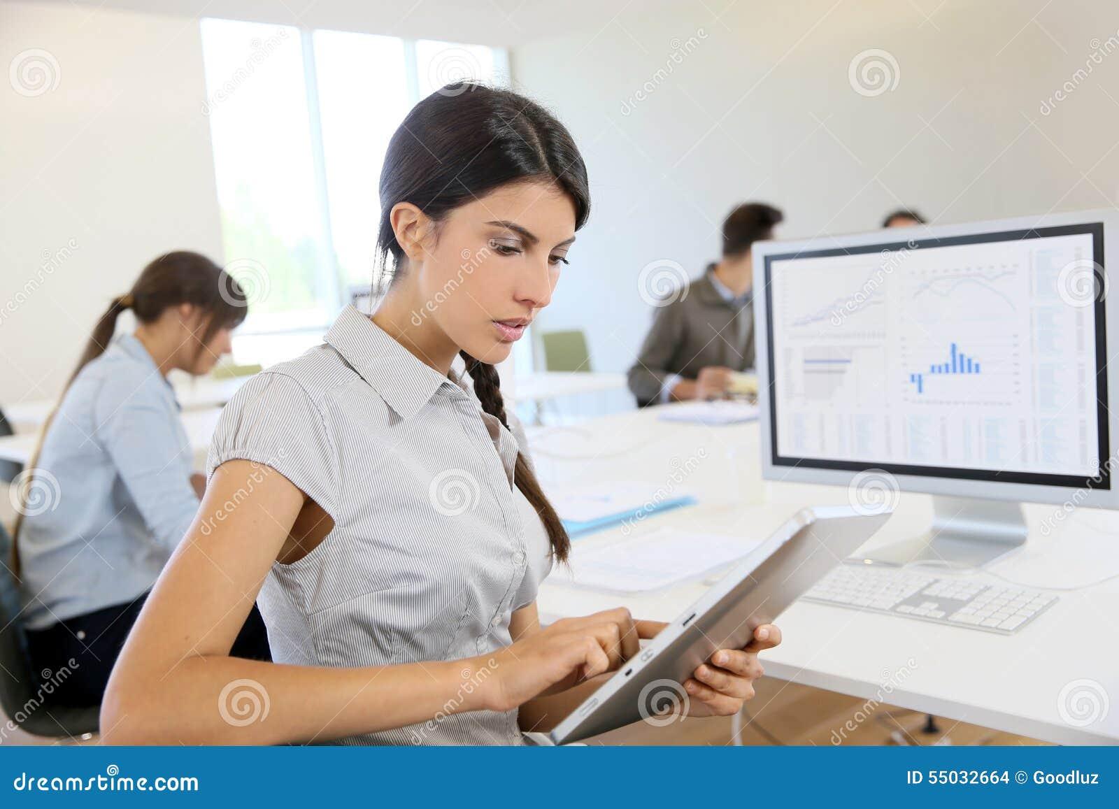 Ung affärskvinna på minnestavlan på kontoret