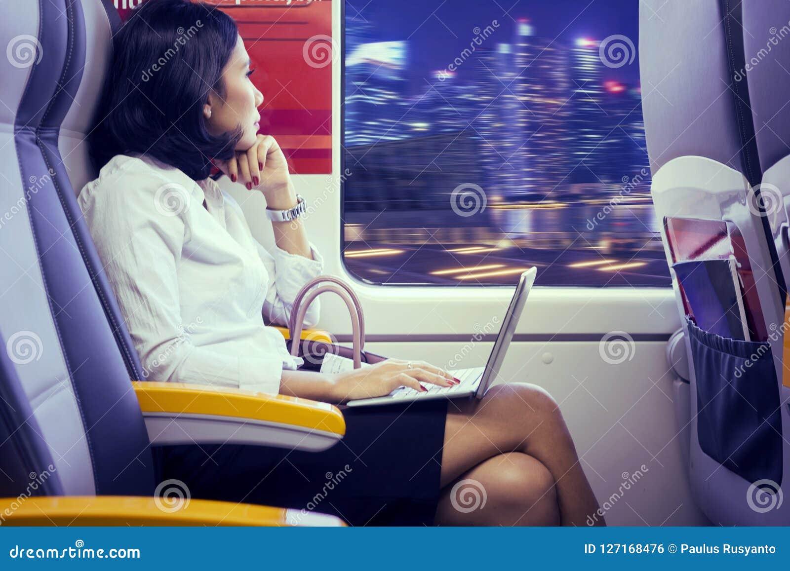 Ung affärskvinna som dagdrömmer i flygplatsdrev