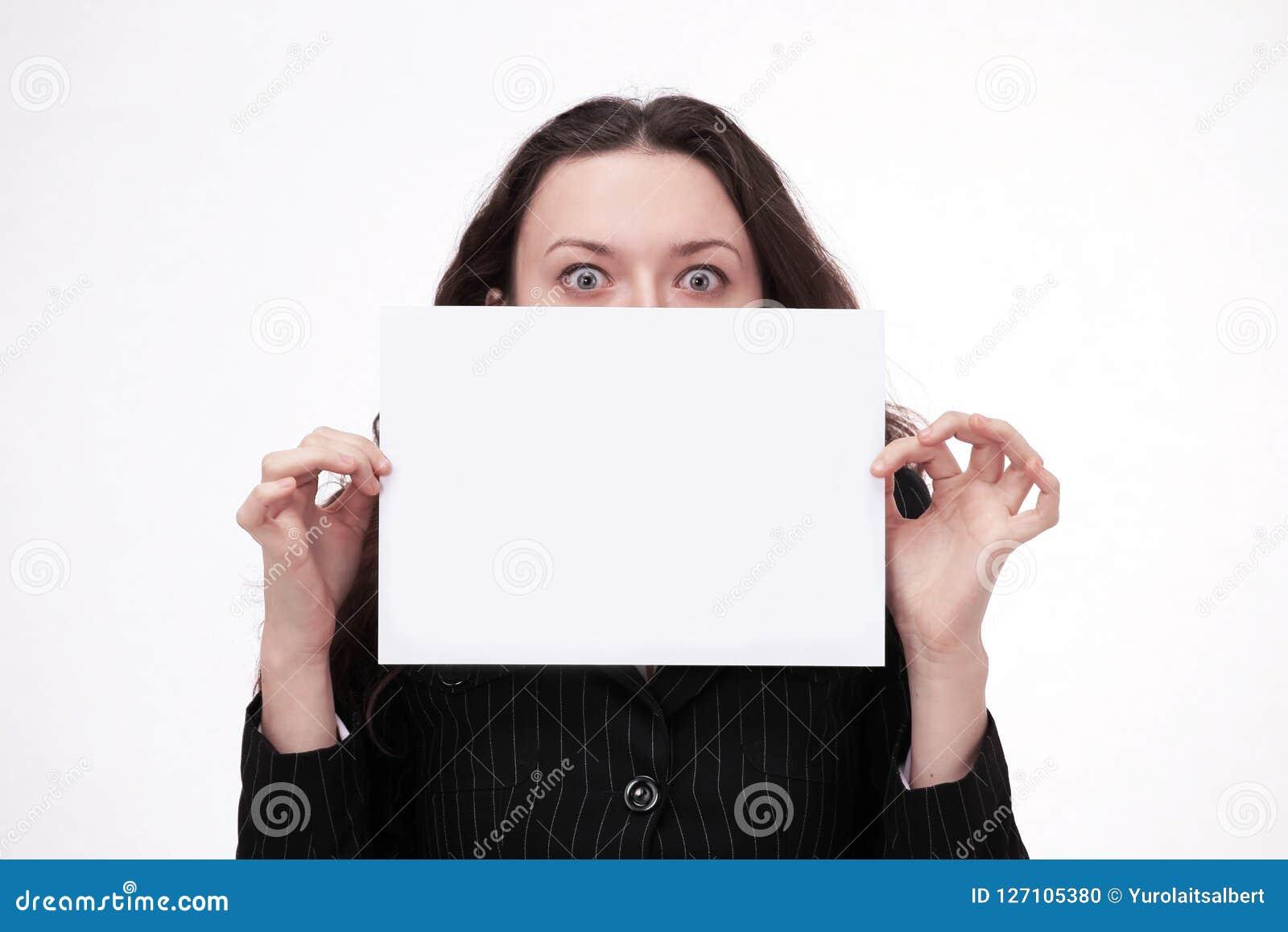Ung affärskvinna som rymmer en affisch som säger HJÄLP