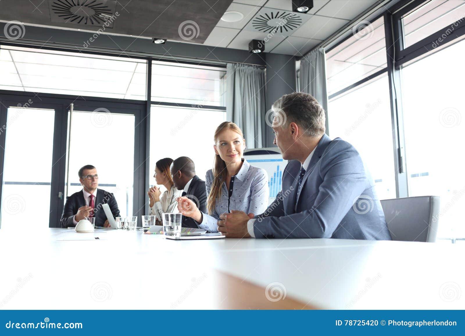 Ung affärskvinna som talar med den manliga kollegan i bräderum
