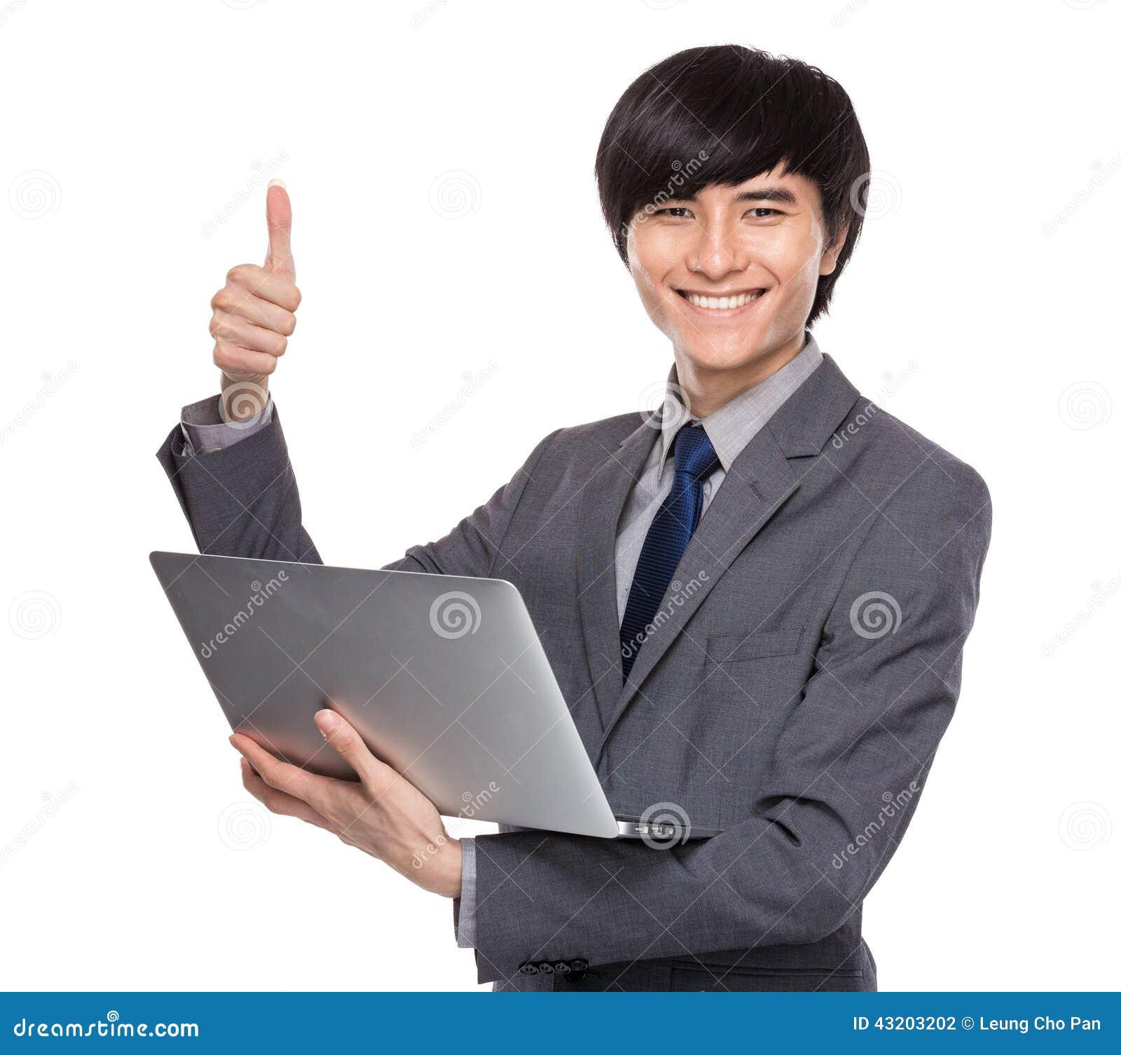 Download Ung Affärsman Med Den Bärbar Datordatoren Och Tummen Upp Arkivfoto - Bild av grått, ansat: 43203202