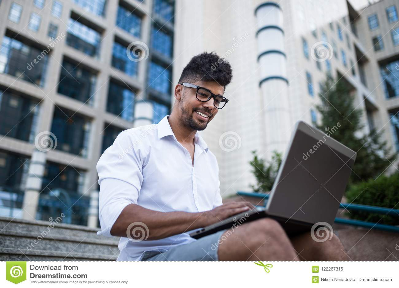 Ung affärsman på stadsgatan