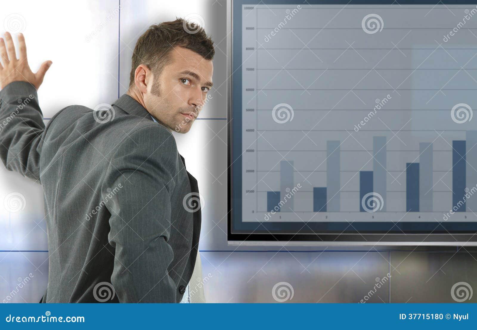Ung affärsman som gör presentation
