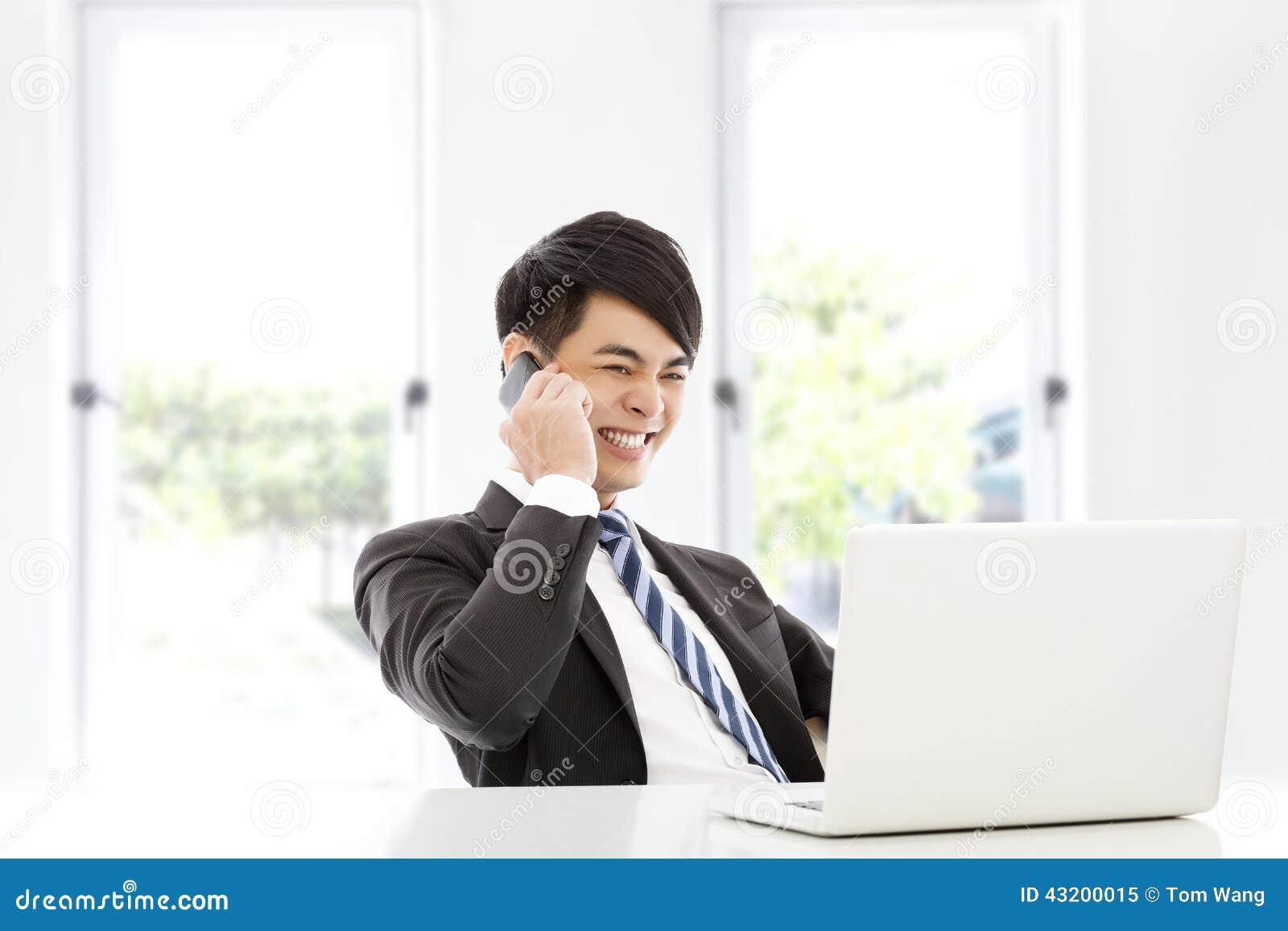 Download Ung Affärsman Som Lyckligt Talar Vid Den Smarta Telefonen Fotografering för Bildbyråer - Bild av livsstil, kontakt: 43200015