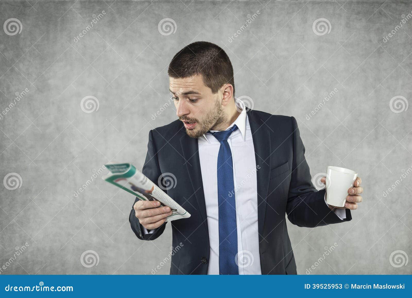 Ung affärsman som söker efter ett jobb